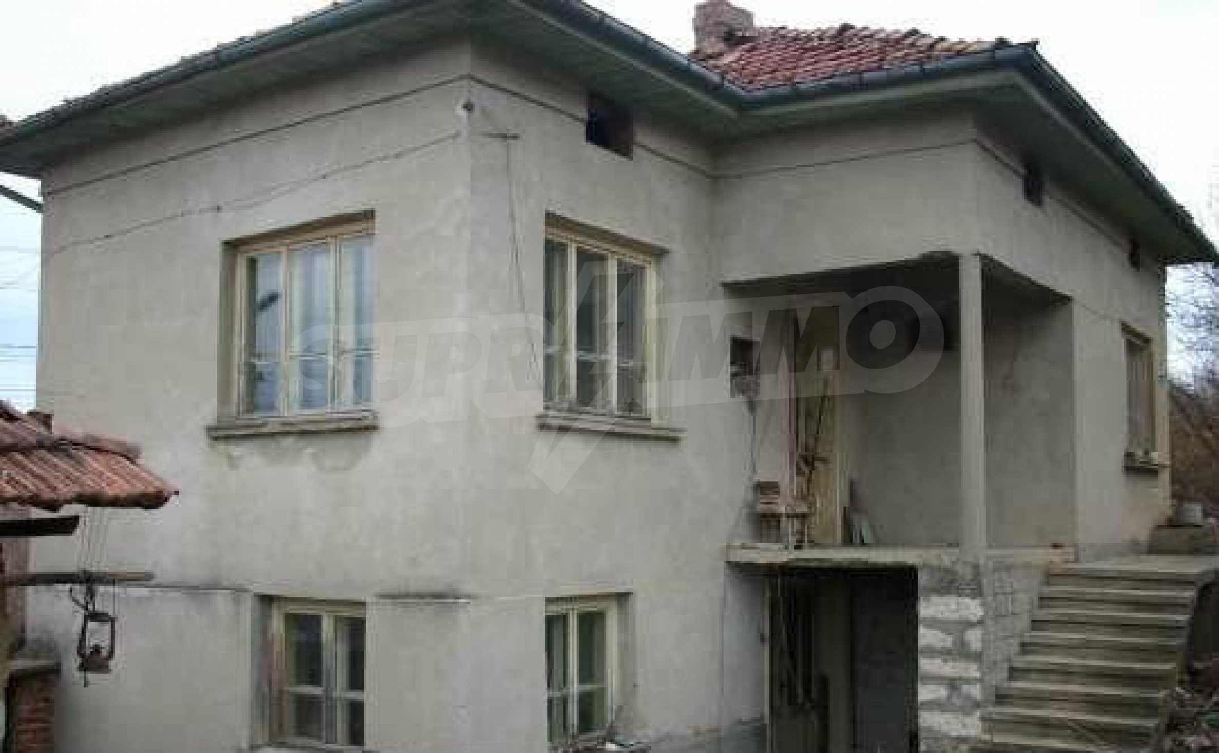 Mасивна двуетажна къща на 20 км от град Ловеч