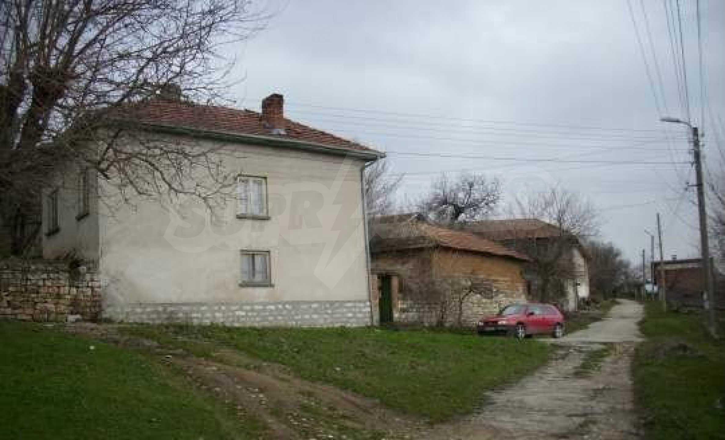 Mасивна двуетажна къща на 20 км от град Ловеч  1