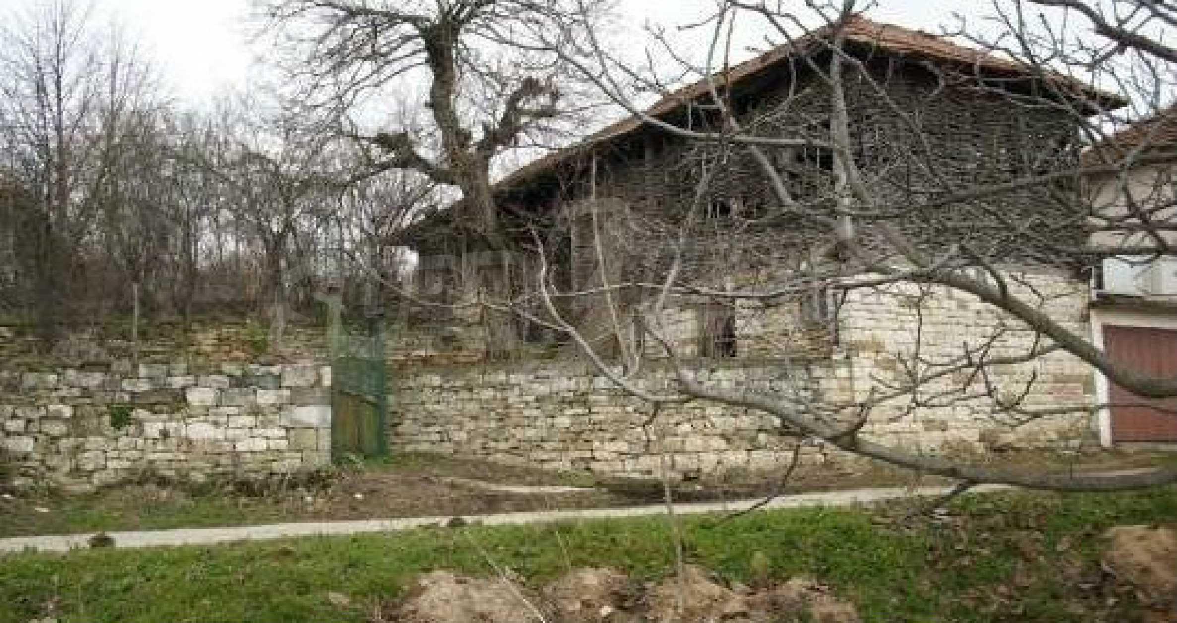 Mасивна двуетажна къща на 20 км от град Ловеч  2