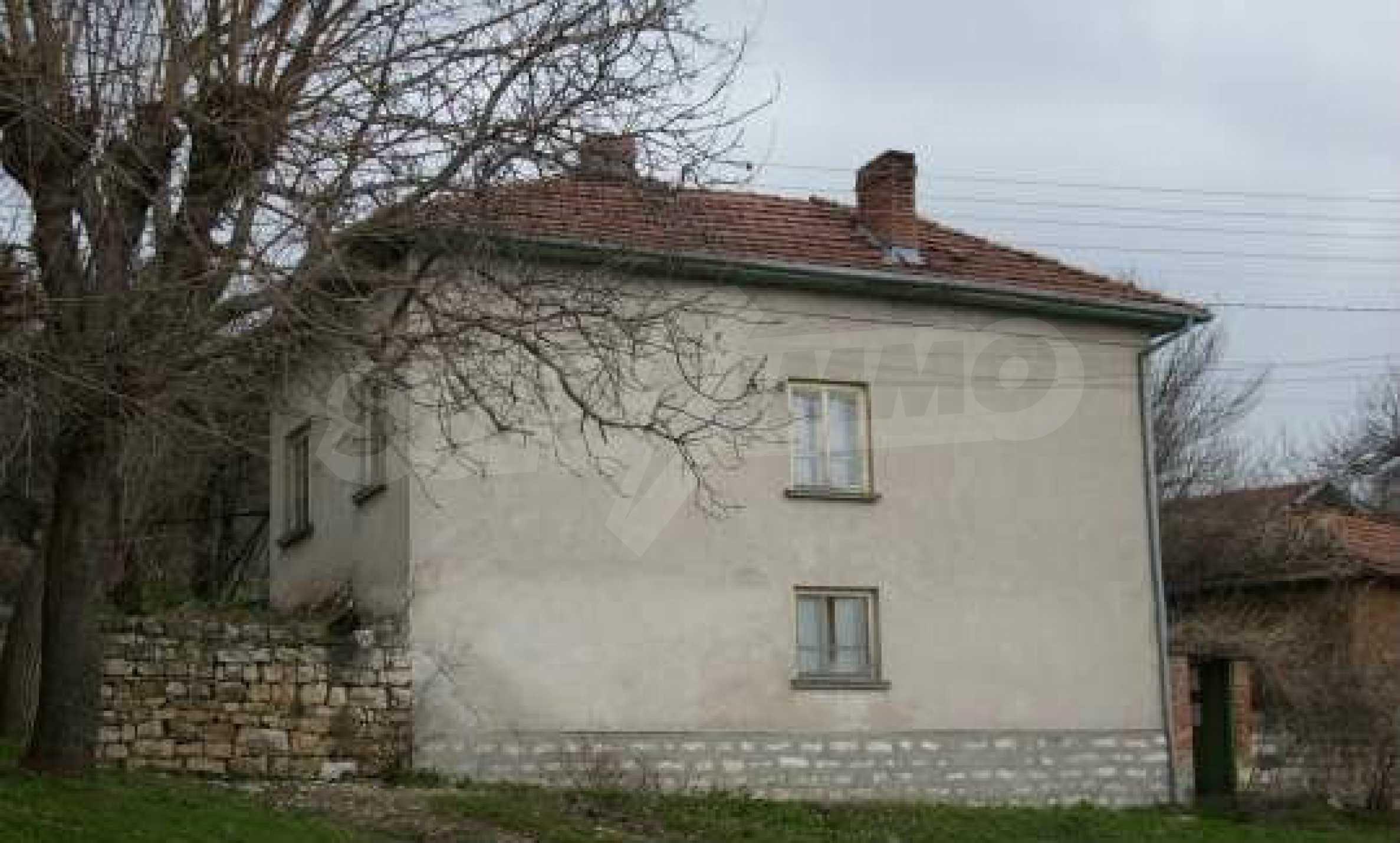 Mасивна двуетажна къща на 20 км от град Ловеч  3