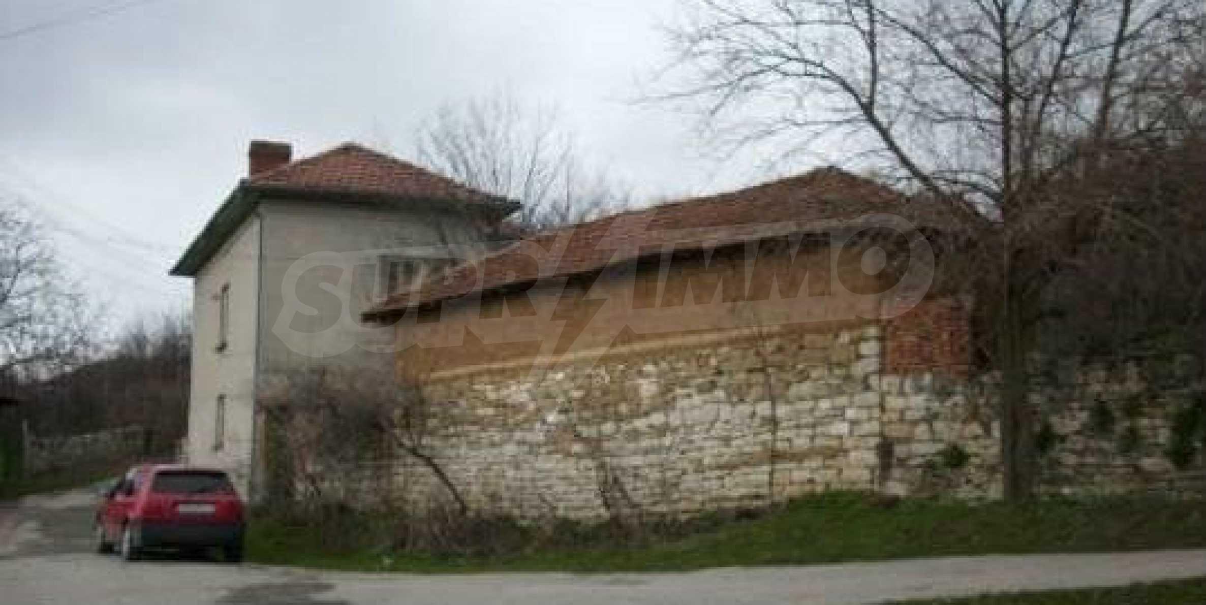 Mасивна двуетажна къща на 20 км от град Ловеч  4