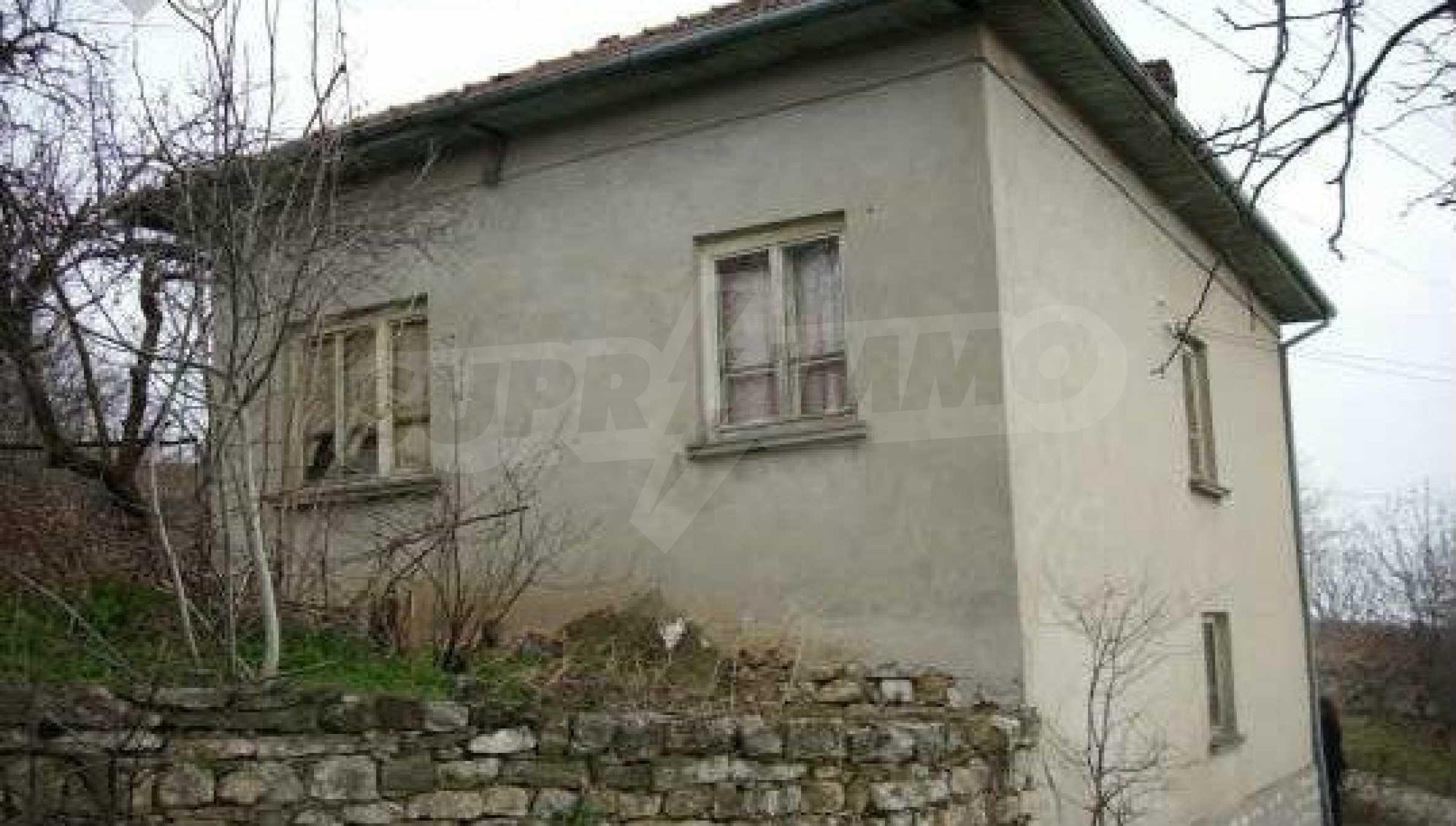 Mасивна двуетажна къща на 20 км от град Ловеч  5