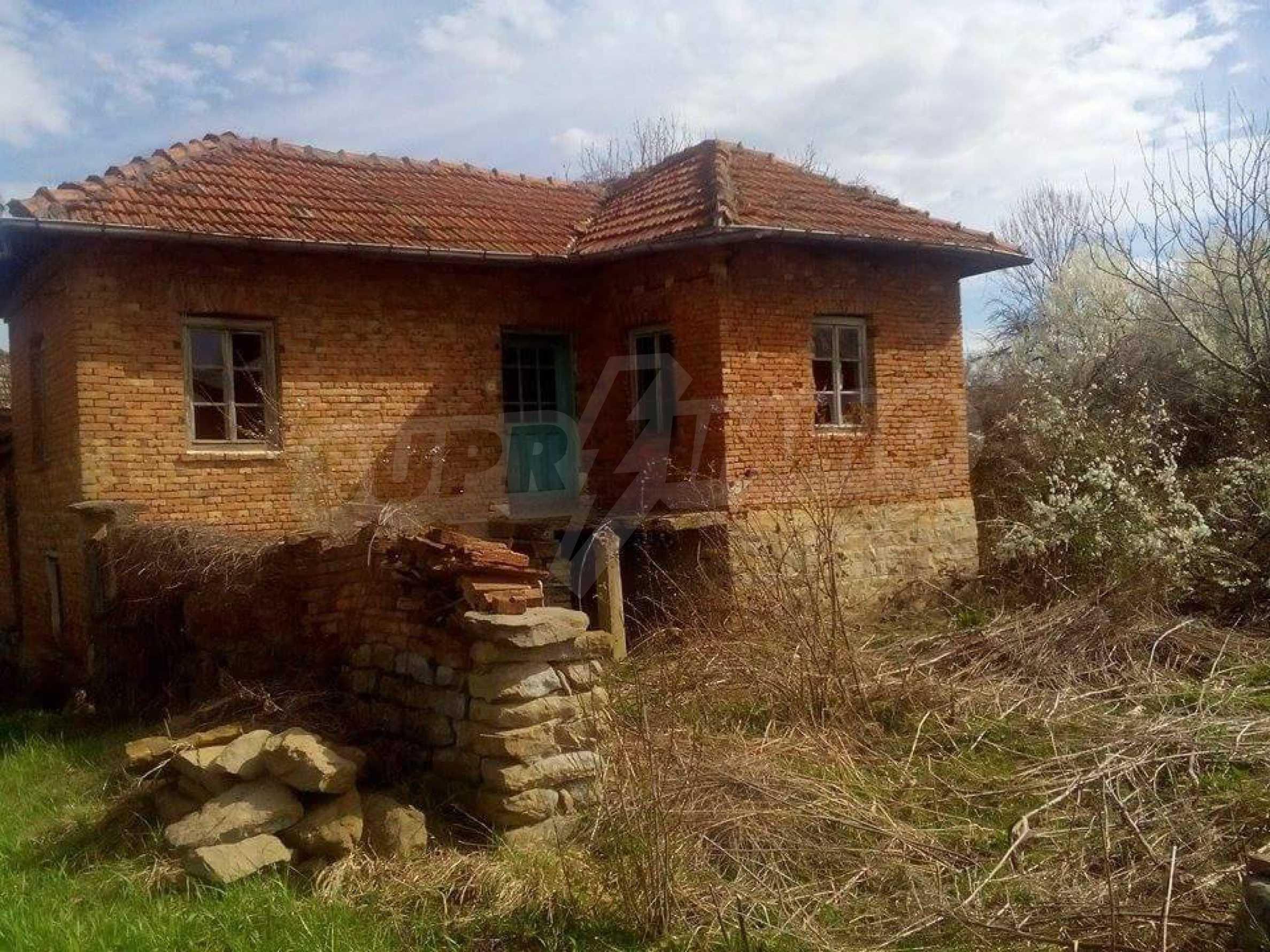 Тухлена двуетажна къща в село на 30 км от Велико Търново