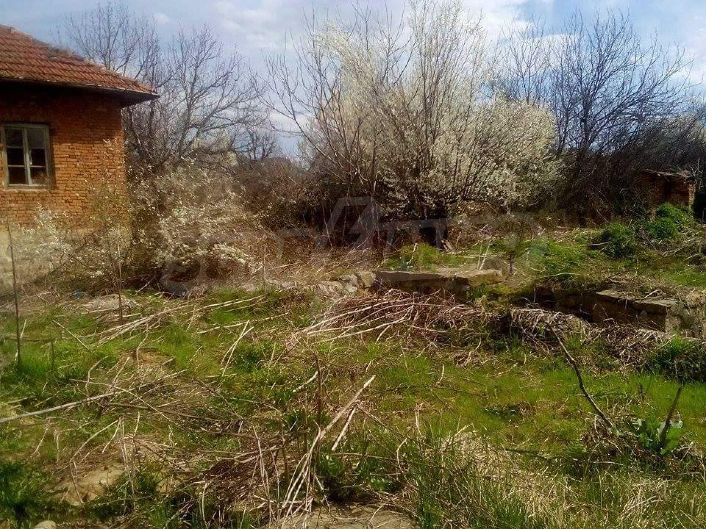 Тухлена двуетажна къща в село на 30 км от Велико Търново  1