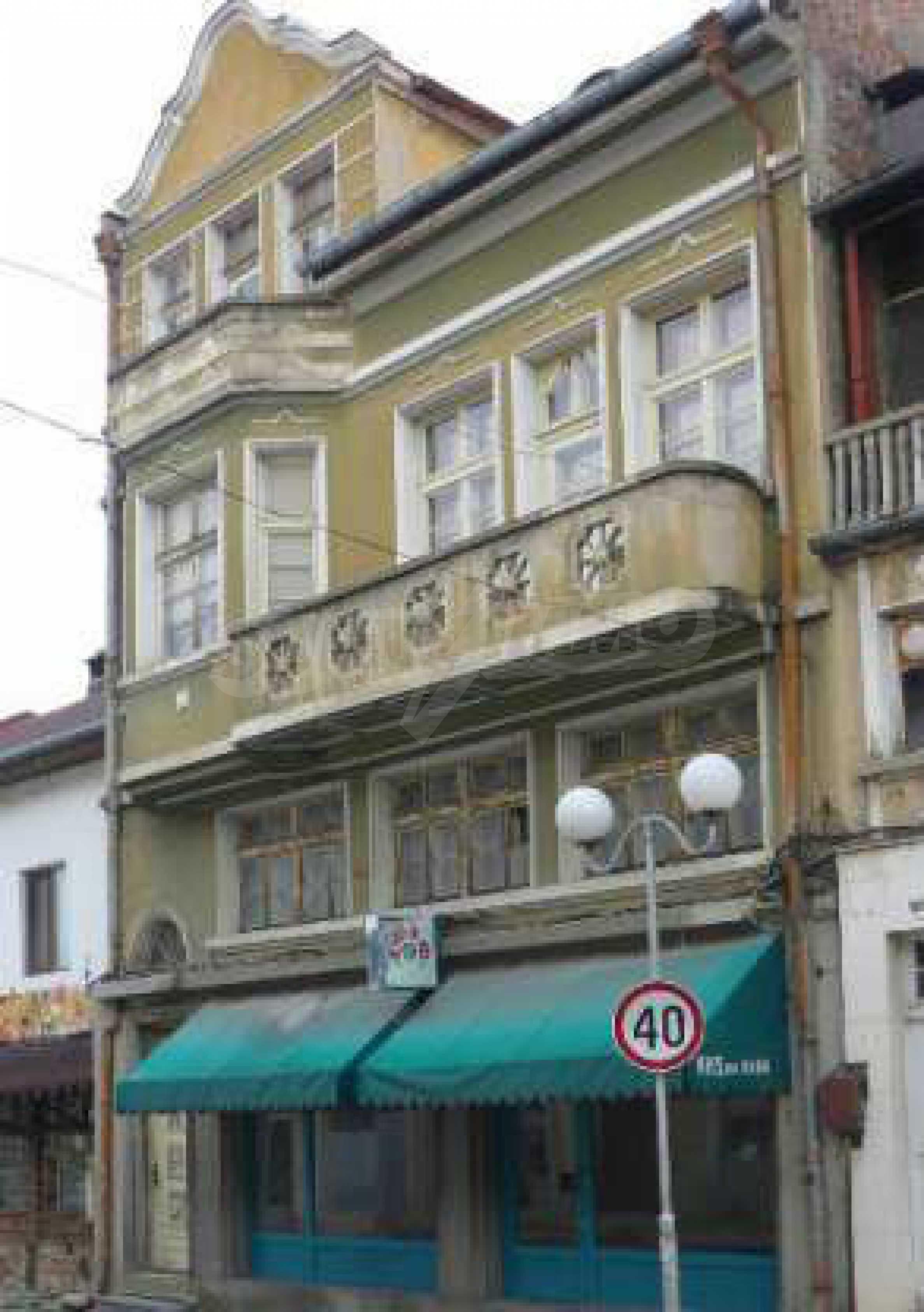 Атрактивен градски имот с магазин в населено място на 24 км от град В.Търново