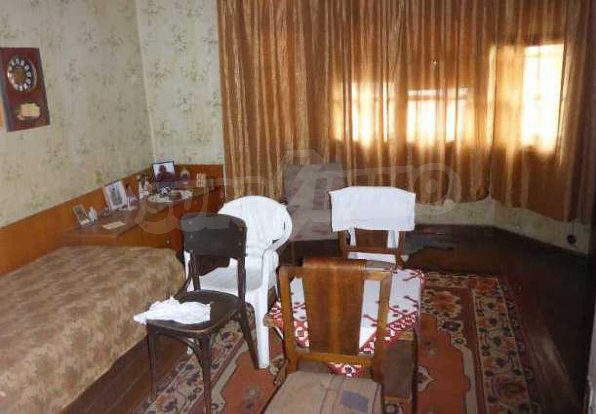 Атрактивен градски имот с магазин в населено място на 24 км от град В.Търново  9