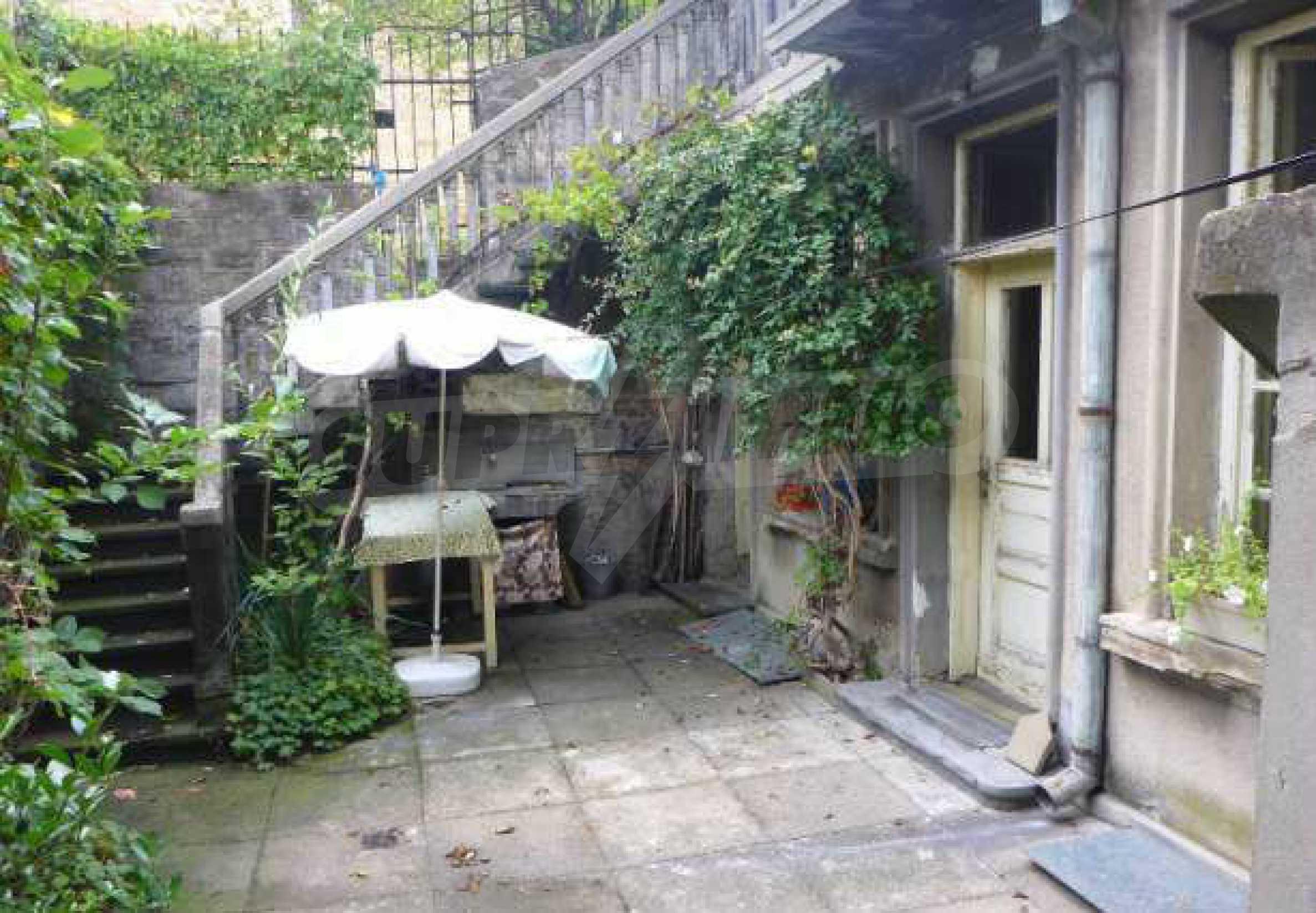Атрактивен градски имот с магазин в населено място на 24 км от град В.Търново  1