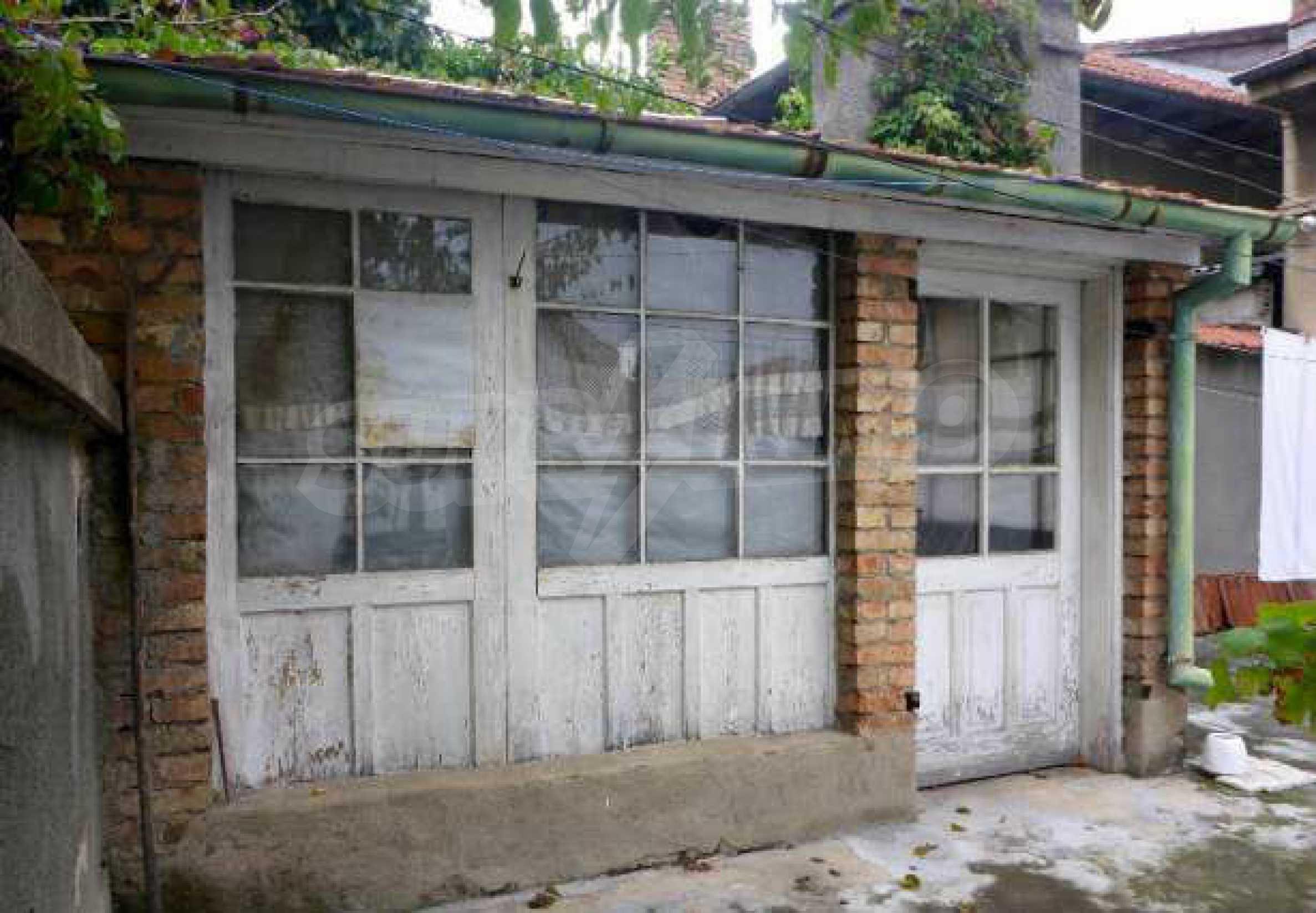 Атрактивен градски имот с магазин в населено място на 24 км от град В.Търново  3