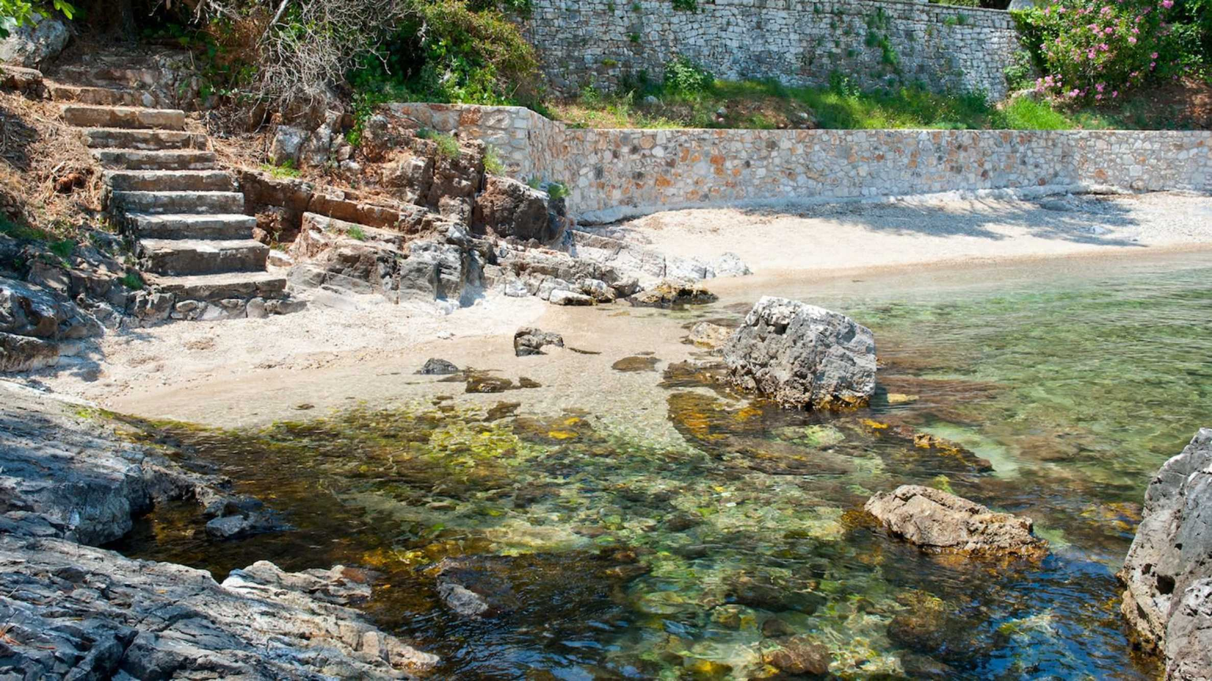 Превъзходна вила, извисена над водите на Йонийско море 15