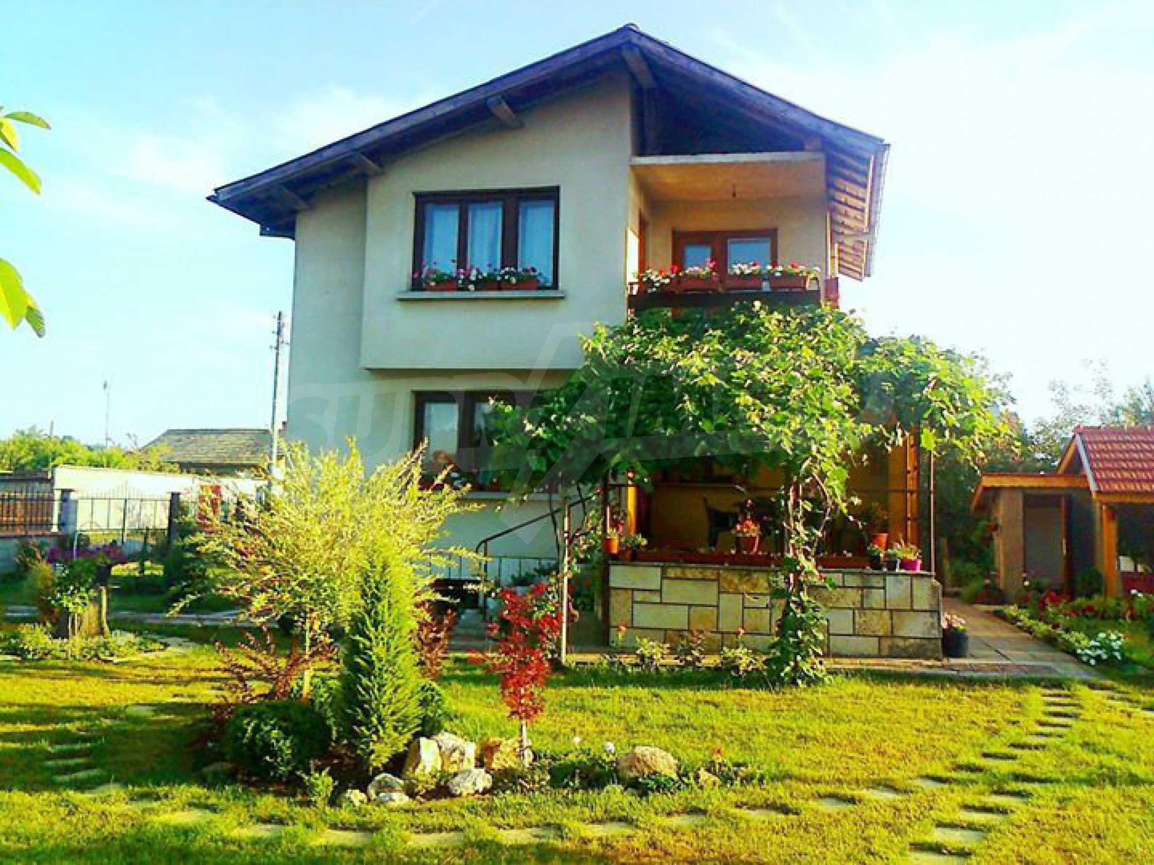 Кокетна къща с поддържана градина 3