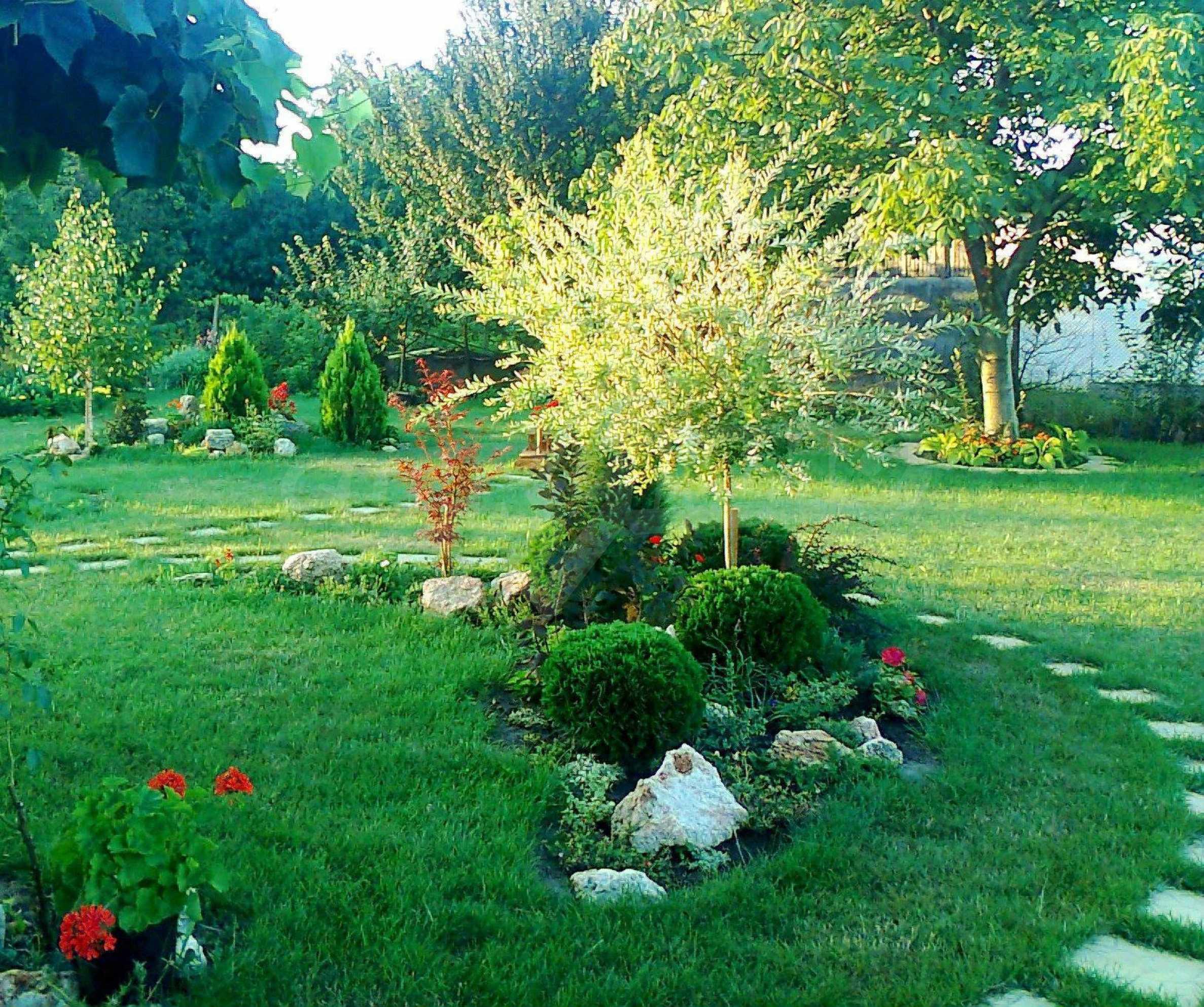 Кокетна къща с поддържана градина 10