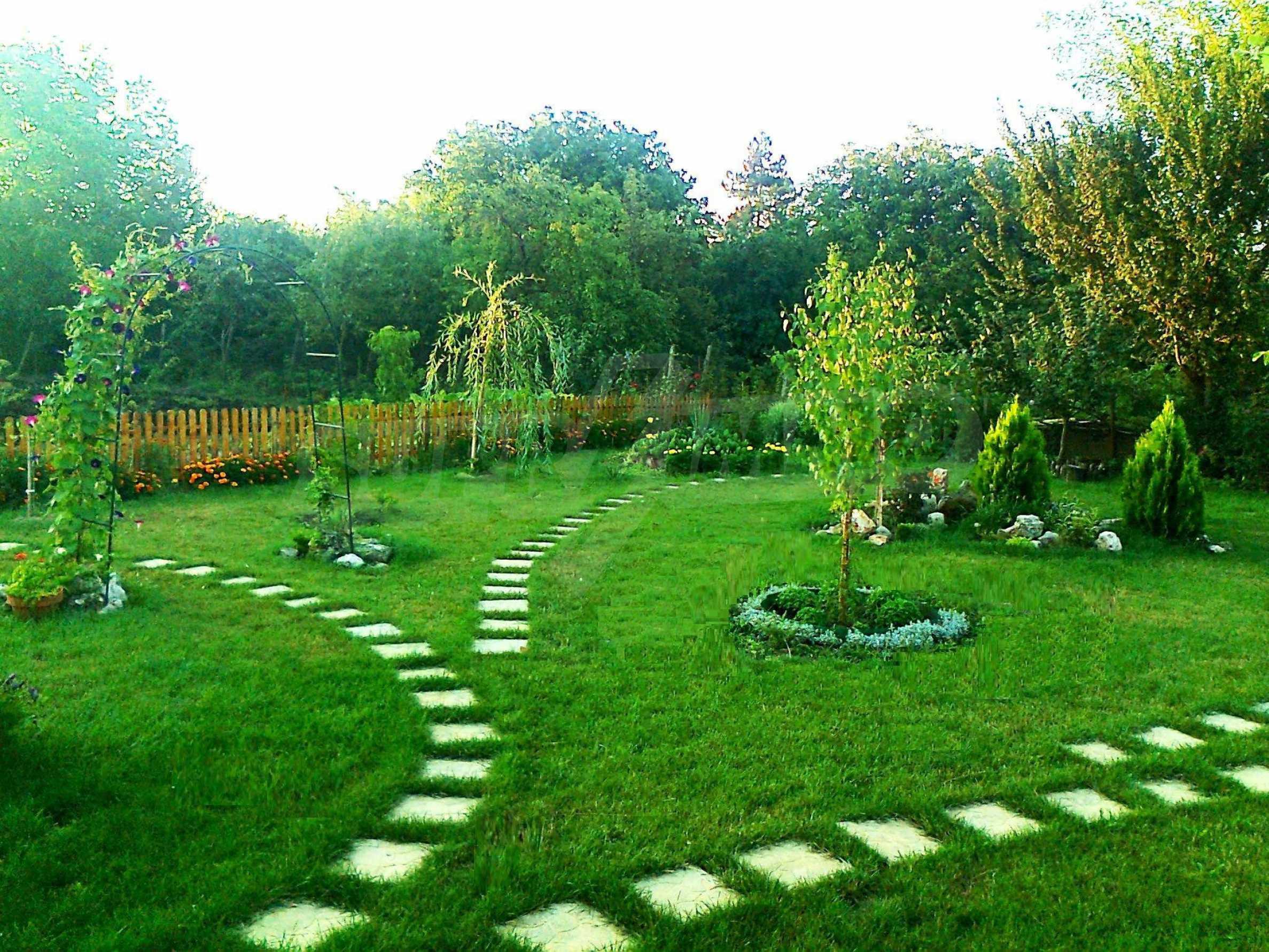 Кокетна къща с поддържана градина 12