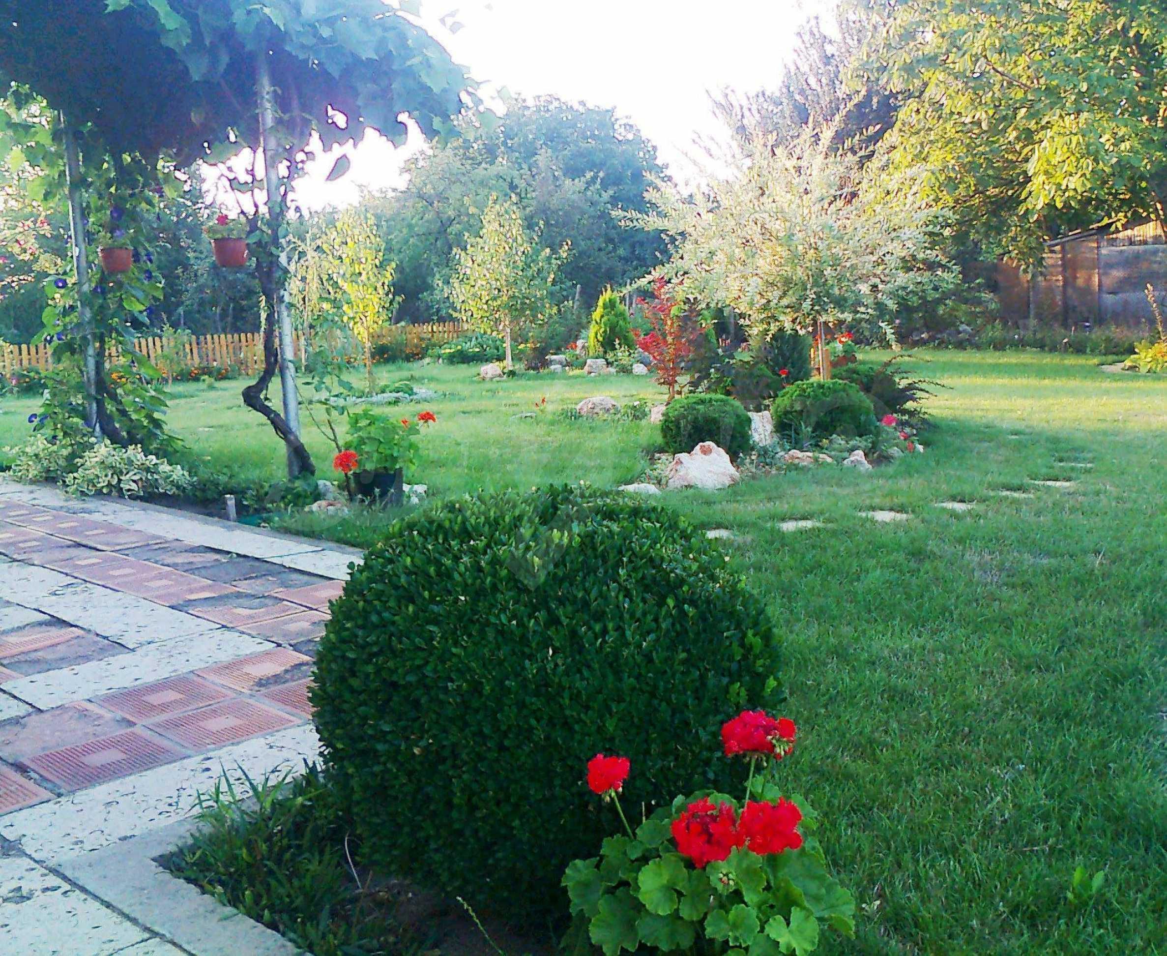 Кокетна къща с поддържана градина 15