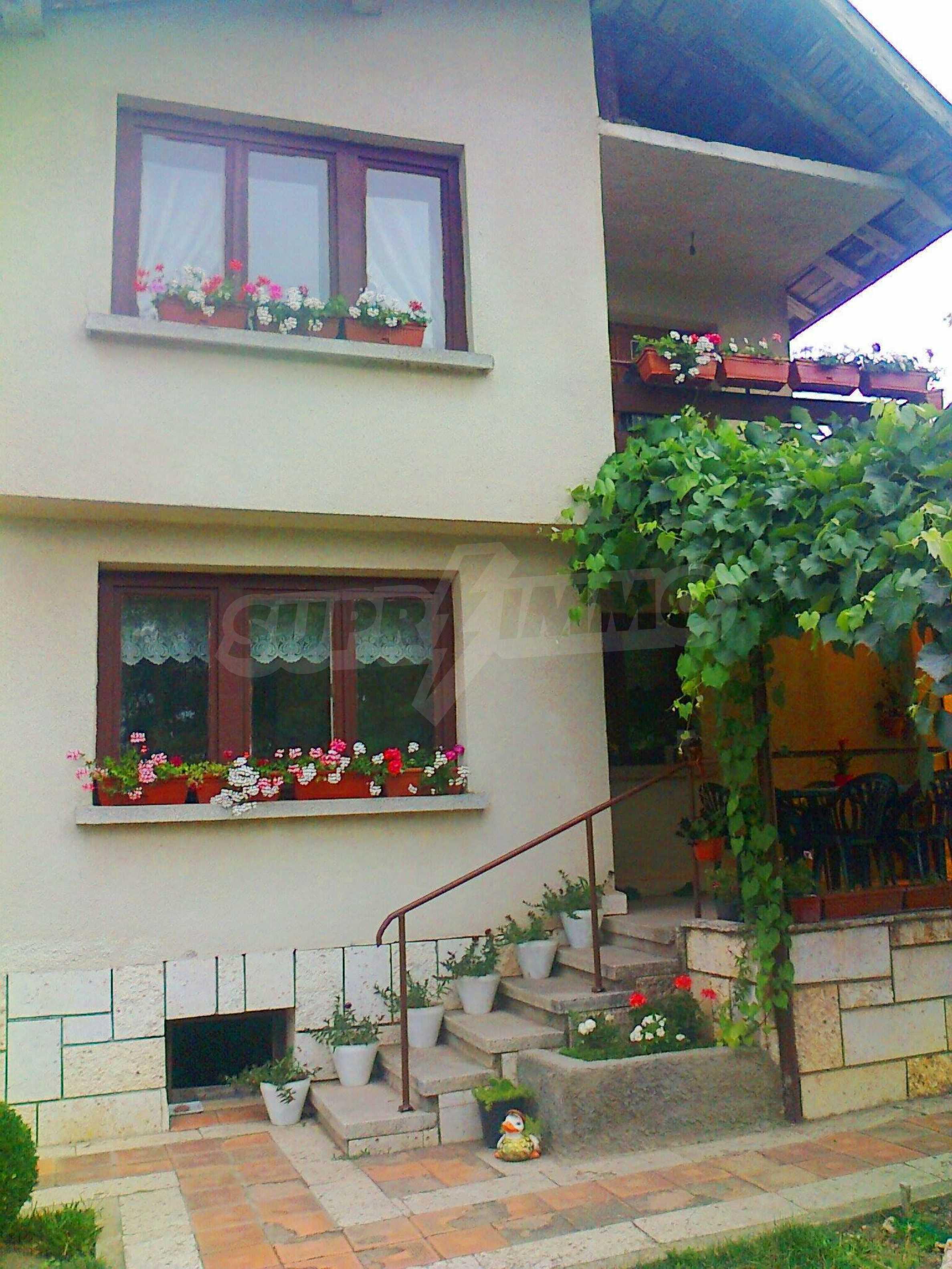 Кокетна къща с поддържана градина 21