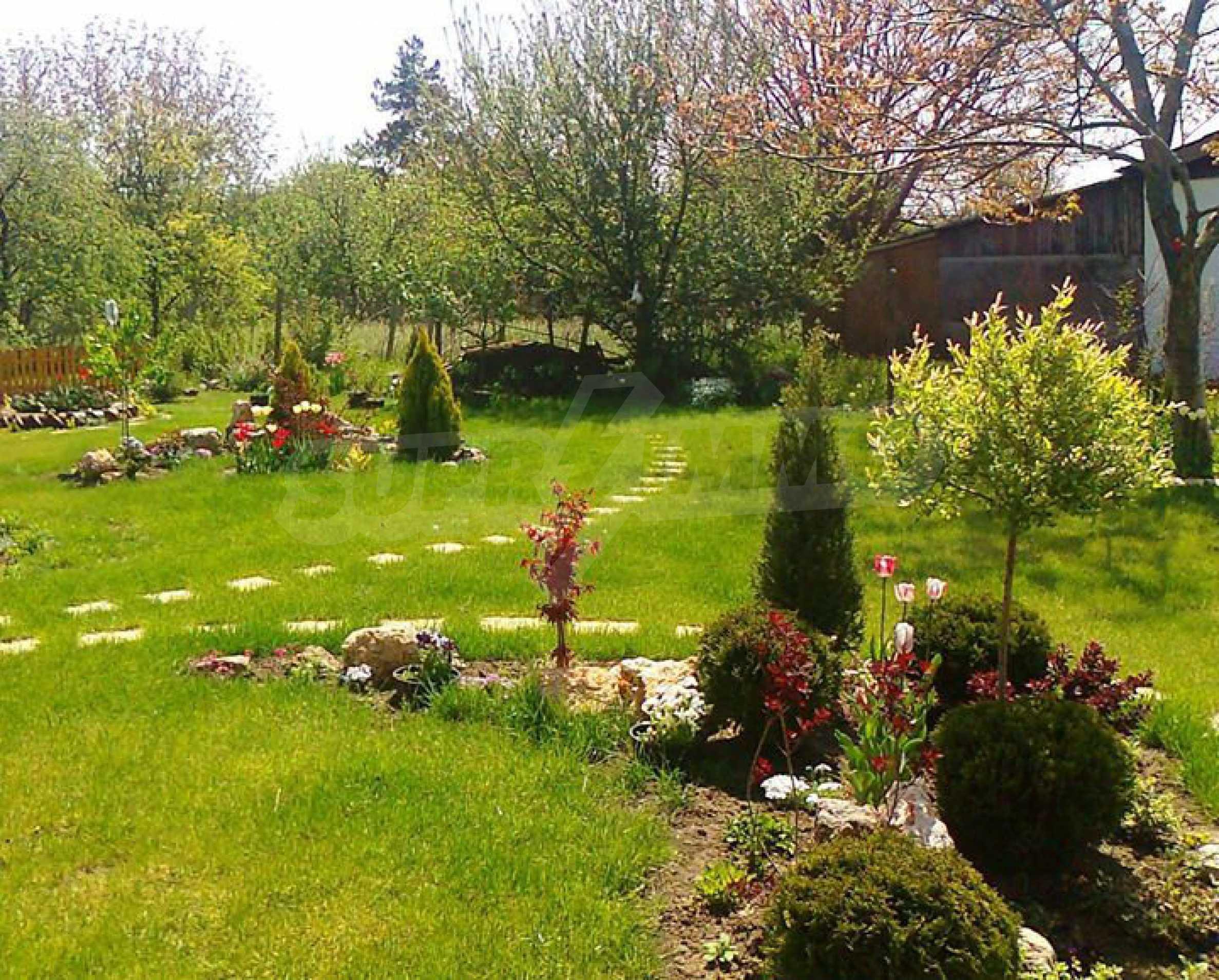 Кокетна къща с поддържана градина 5