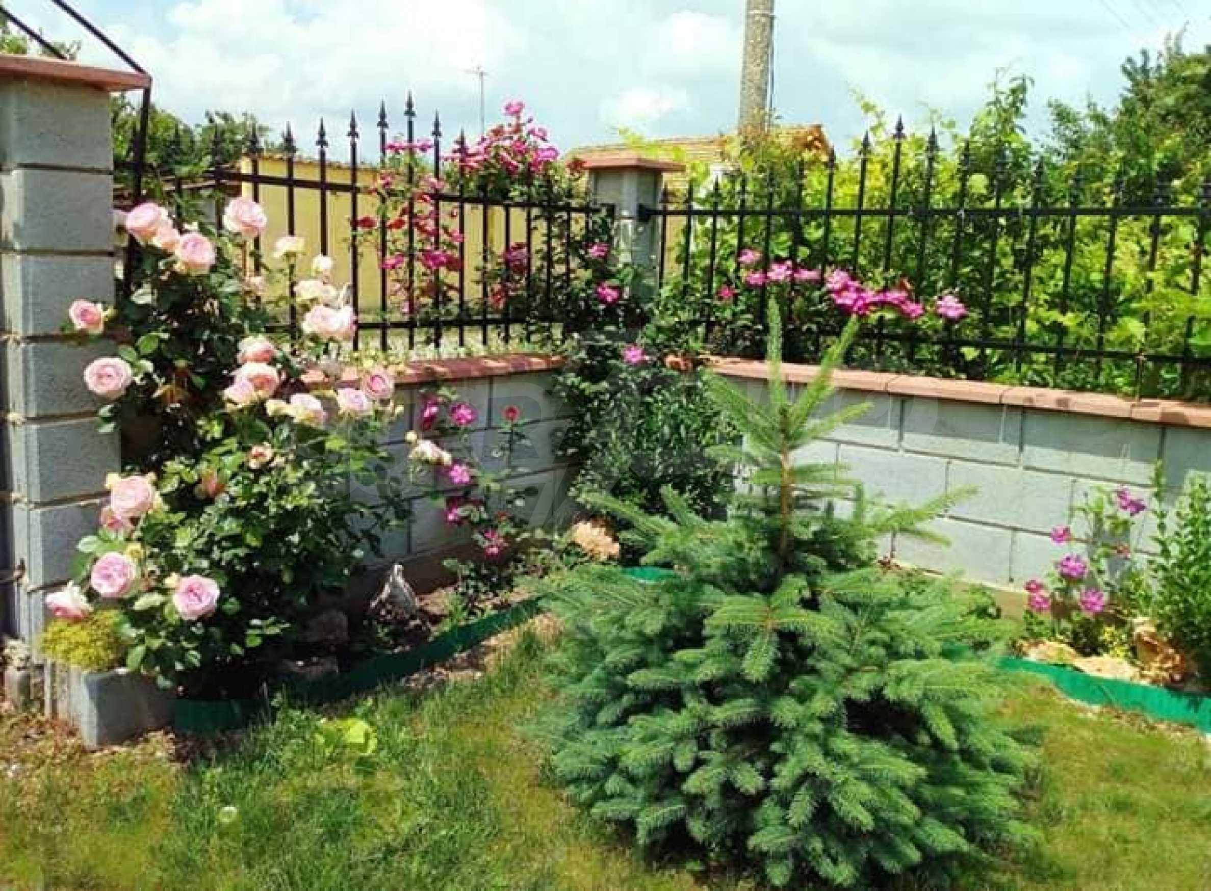 Кокетна къща с поддържана градина 33