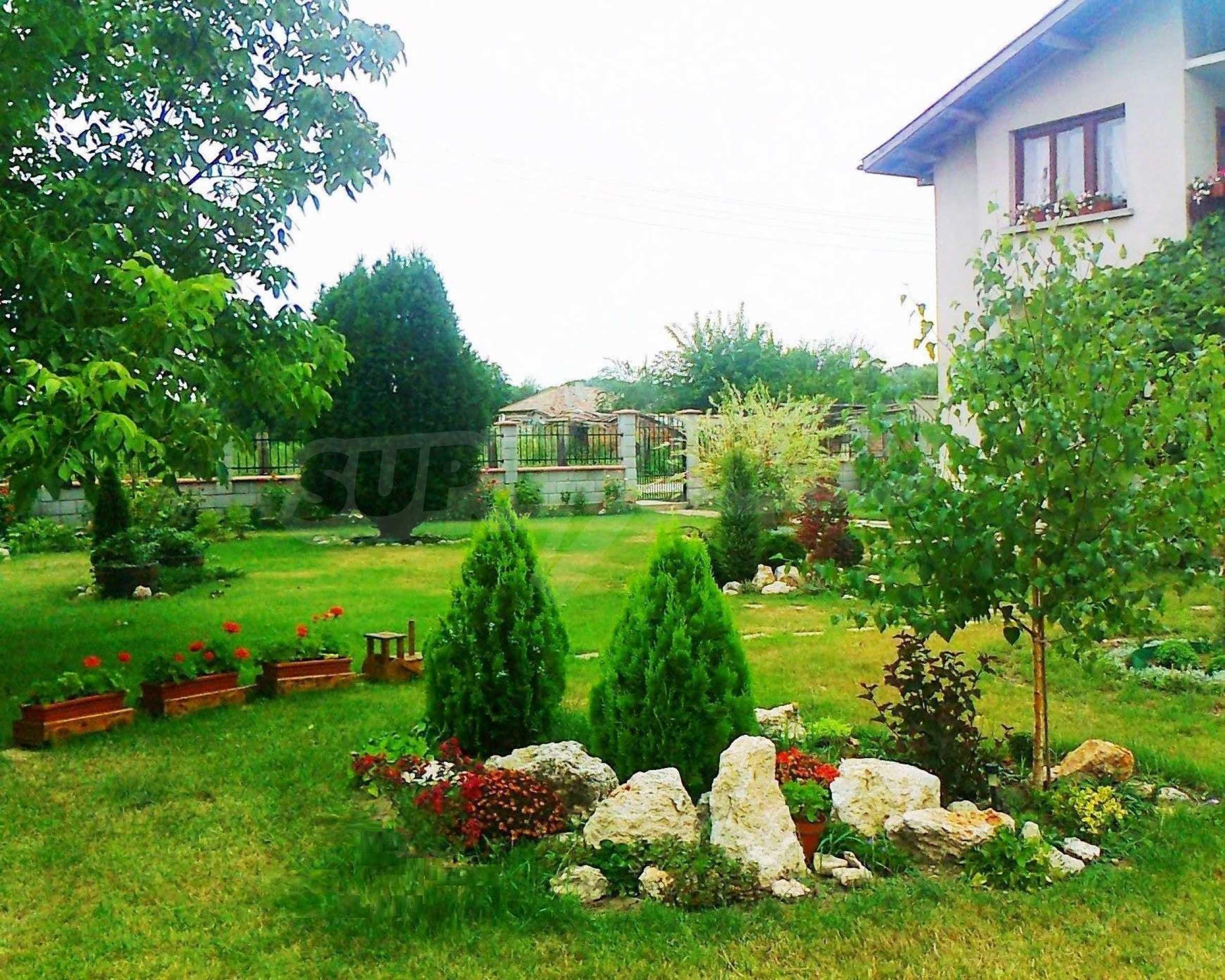 Кокетна къща с поддържана градина 1