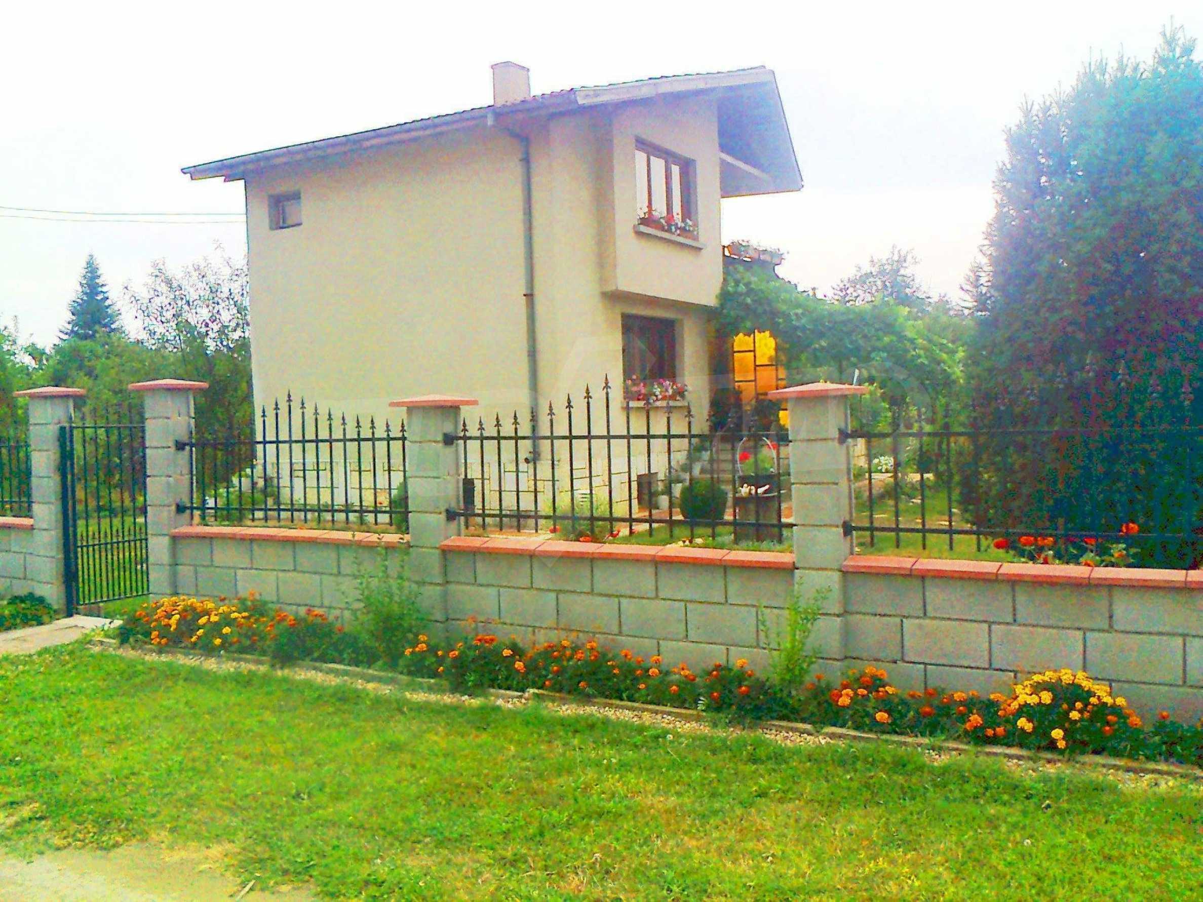Кокетна къща с поддържана градина 7