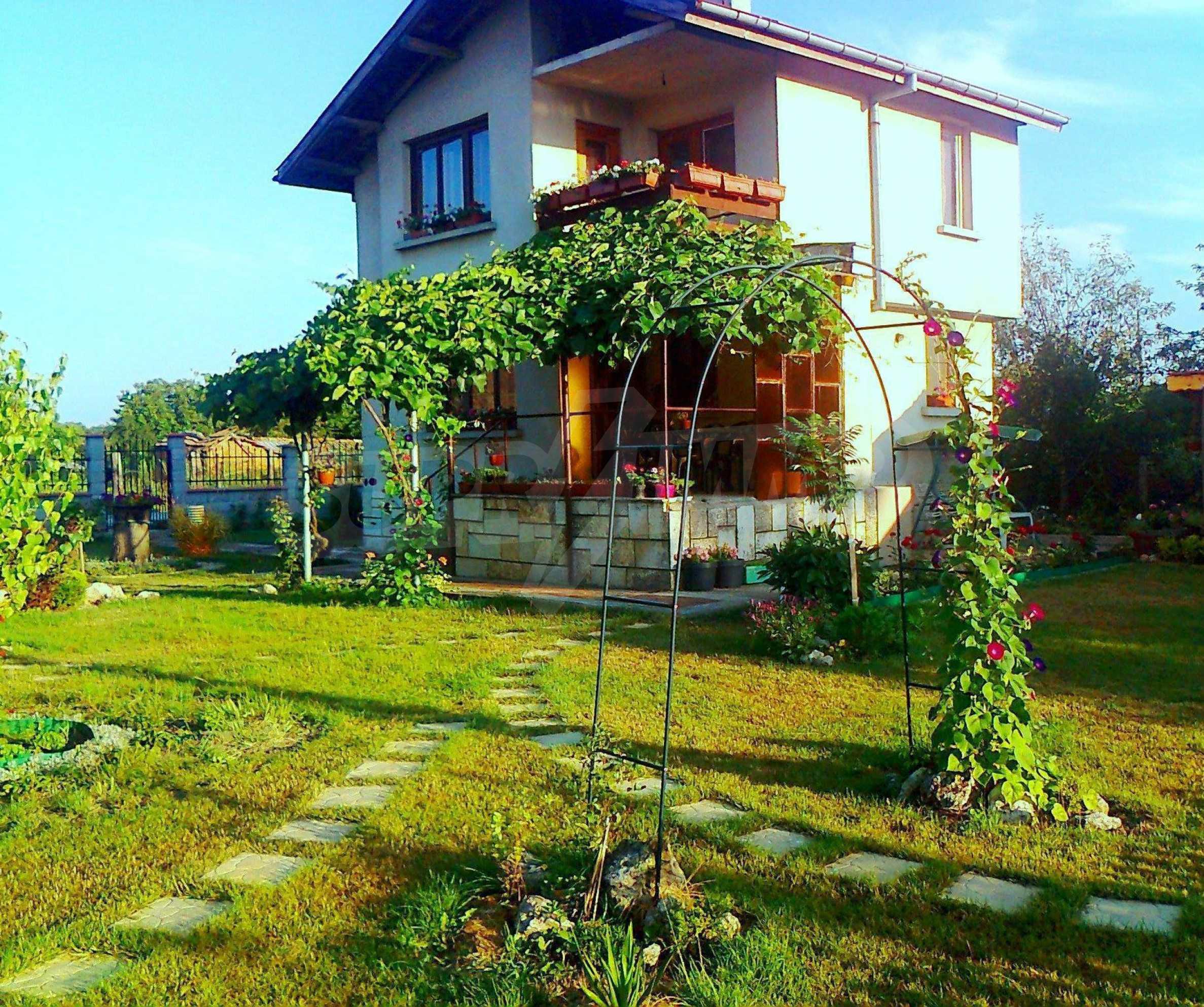 Кокетна къща с поддържана градина 8