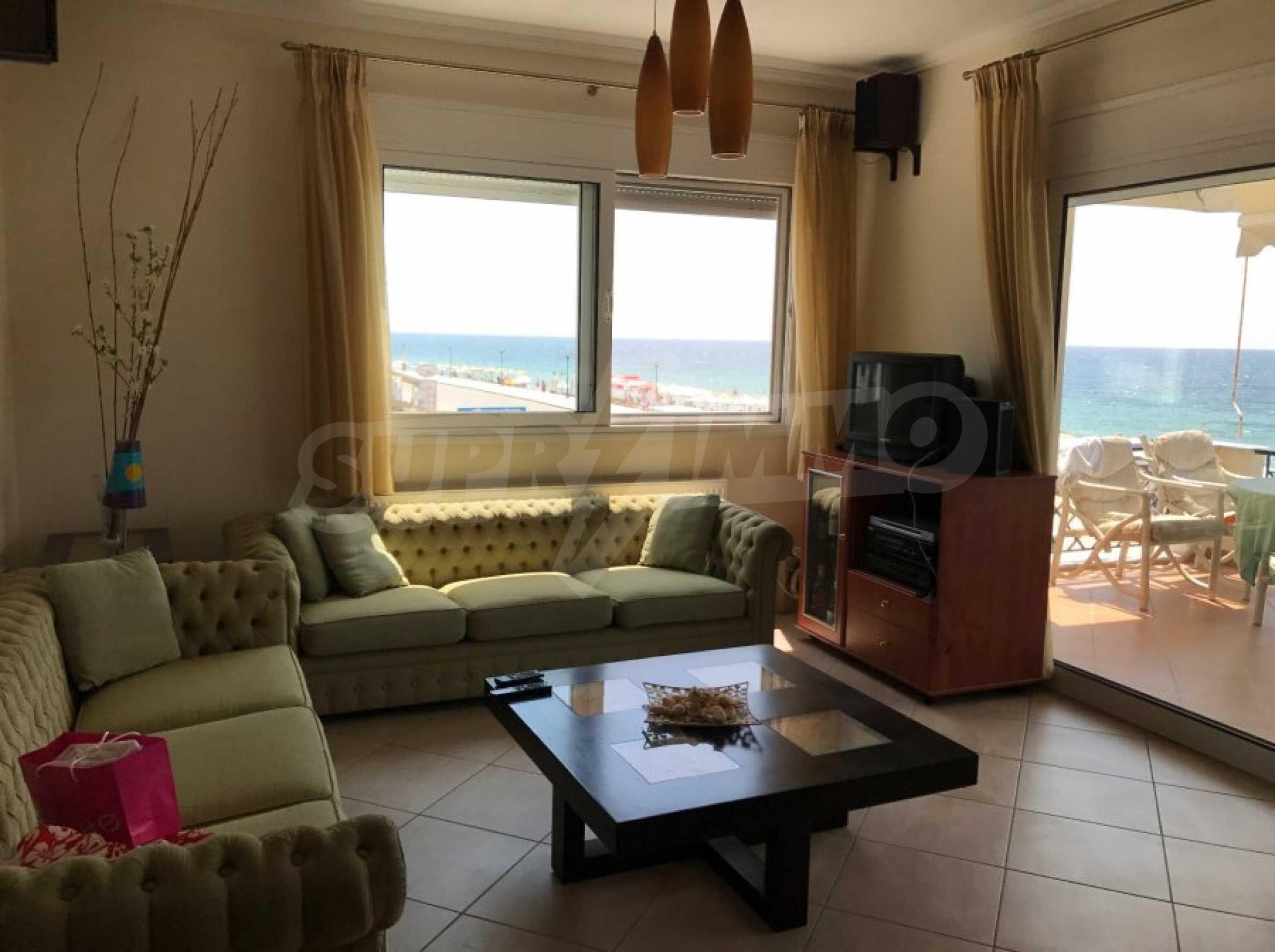 Просторен апартамент на първа линия в Паралия Офринио, Кавала 2