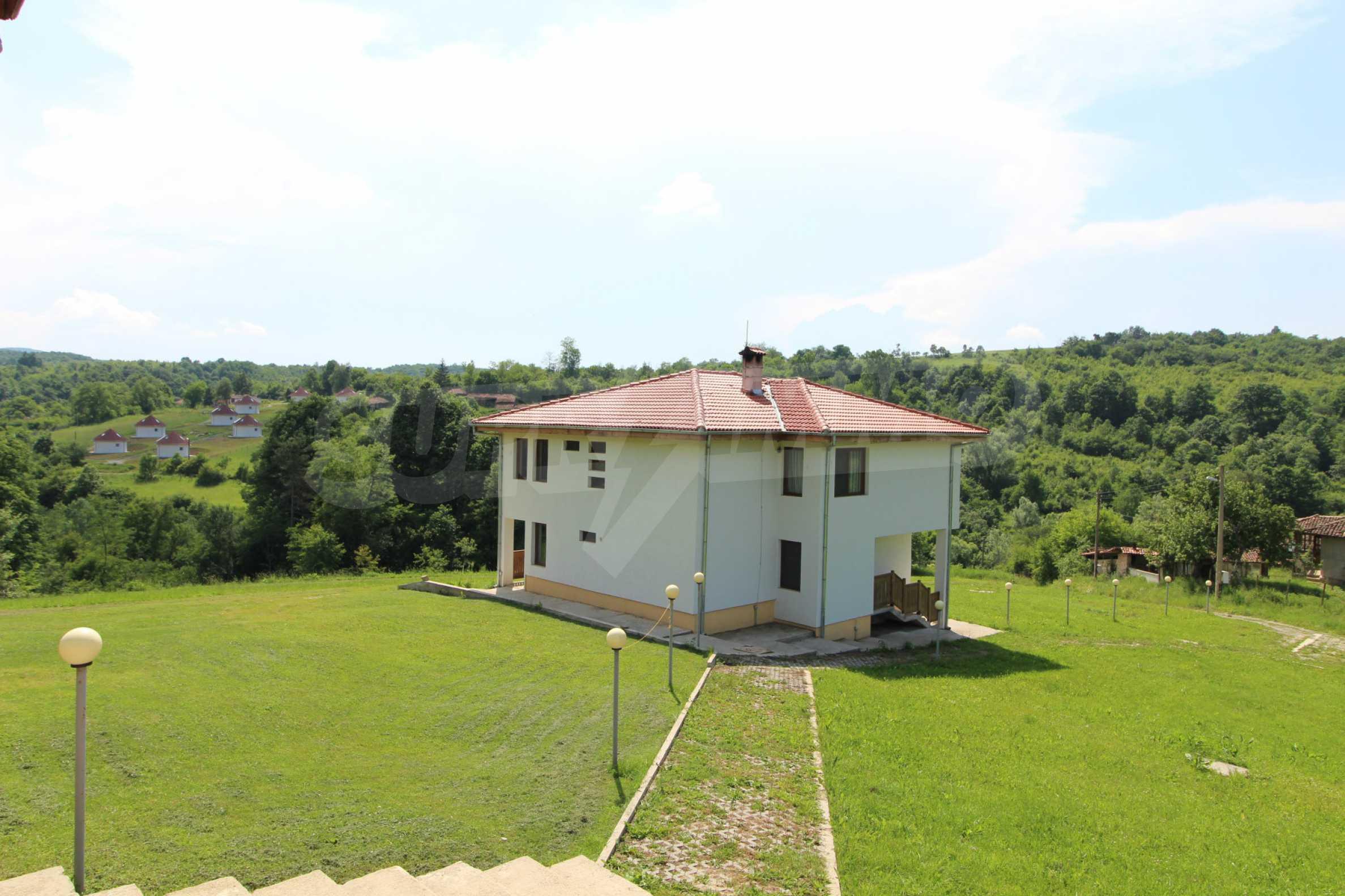 Планинско имение с басейн и  барбекю, с потенциал за развитие на бизнес  39