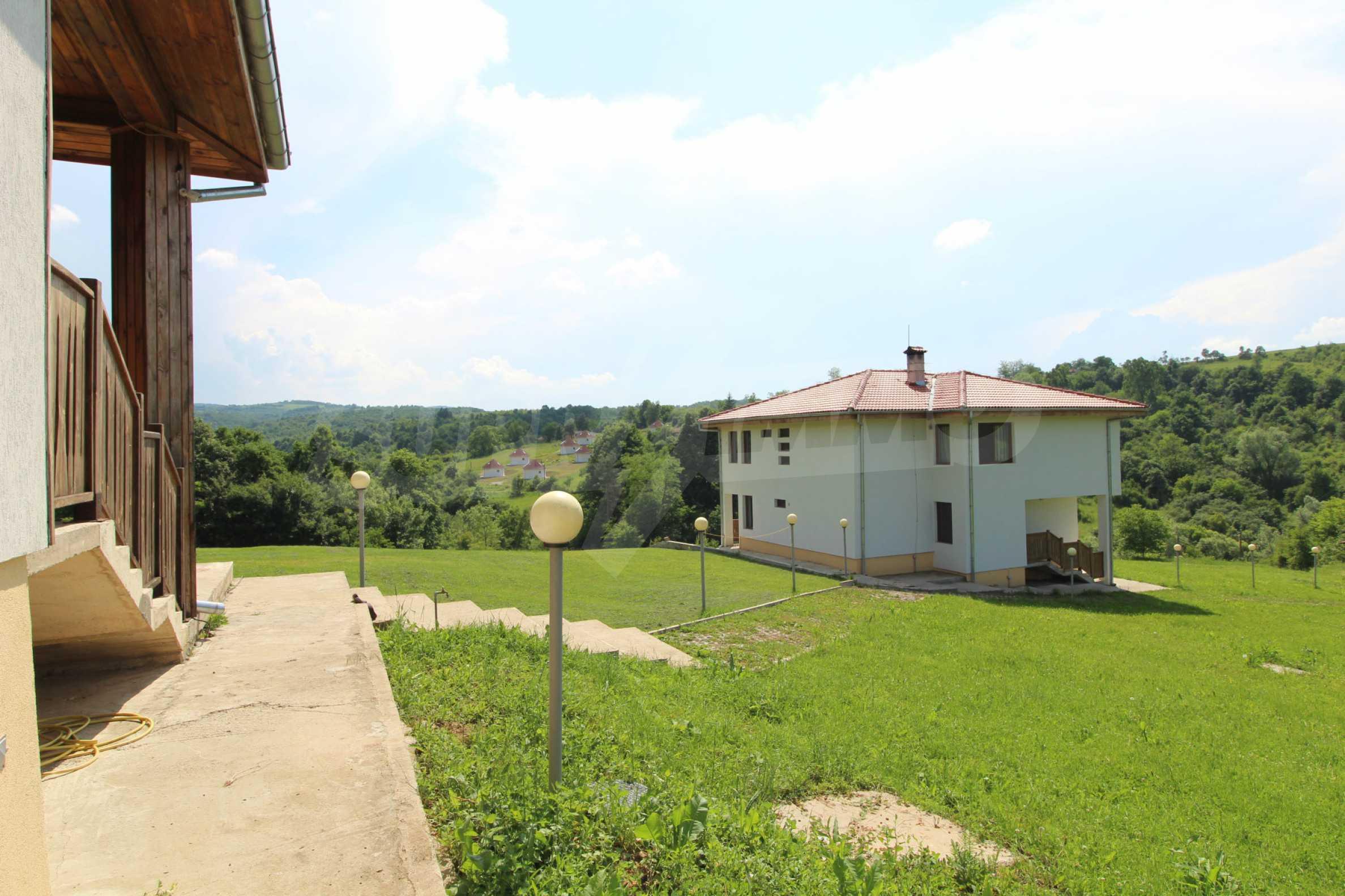 Планинско имение с басейн и  барбекю, с потенциал за развитие на бизнес  57