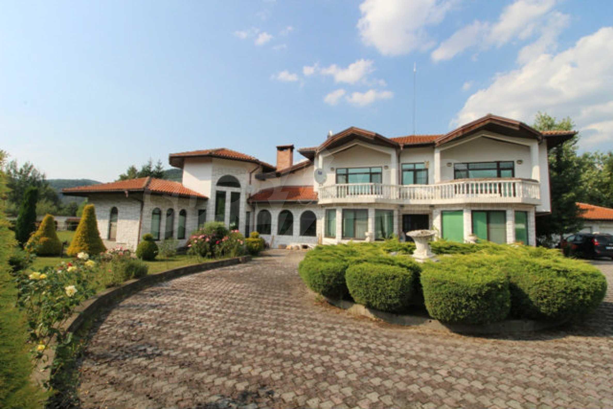 Планинско имение с басейн сред красивата природа на Троянския Балкан  1