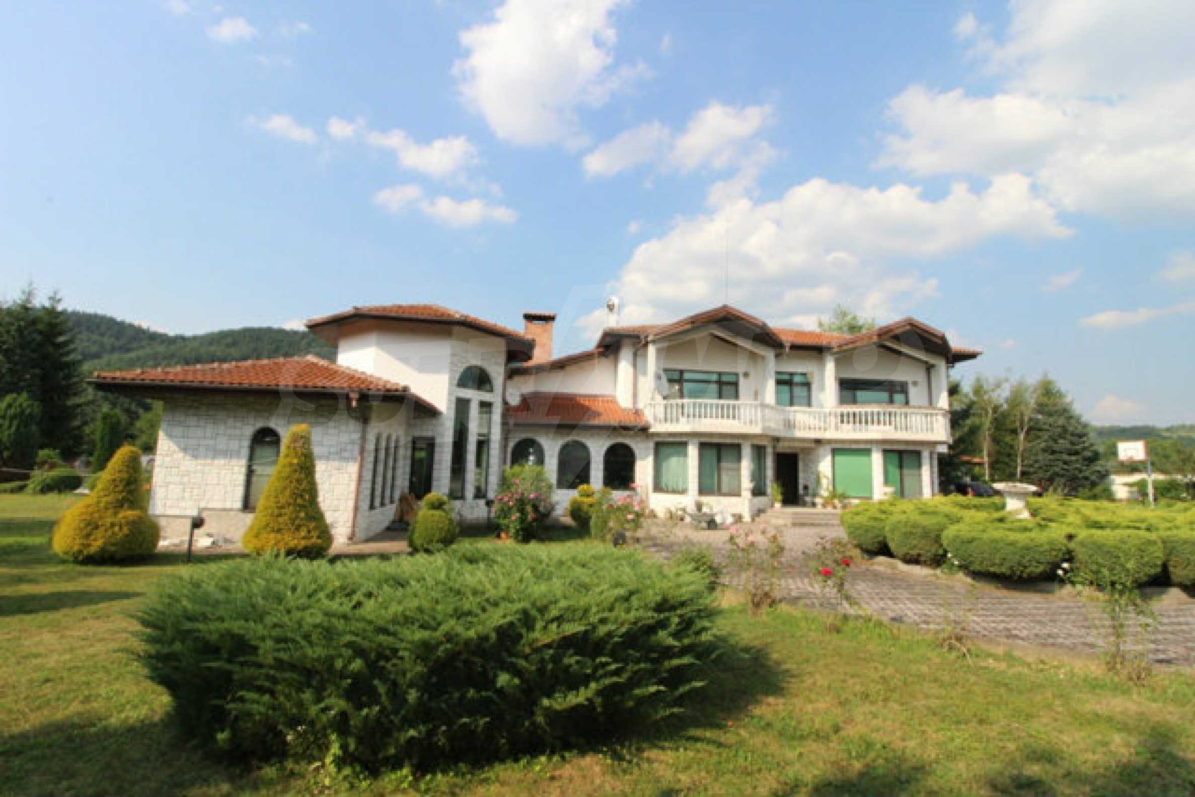 Планинско имение с басейн сред красивата природа на Троянския Балкан  2