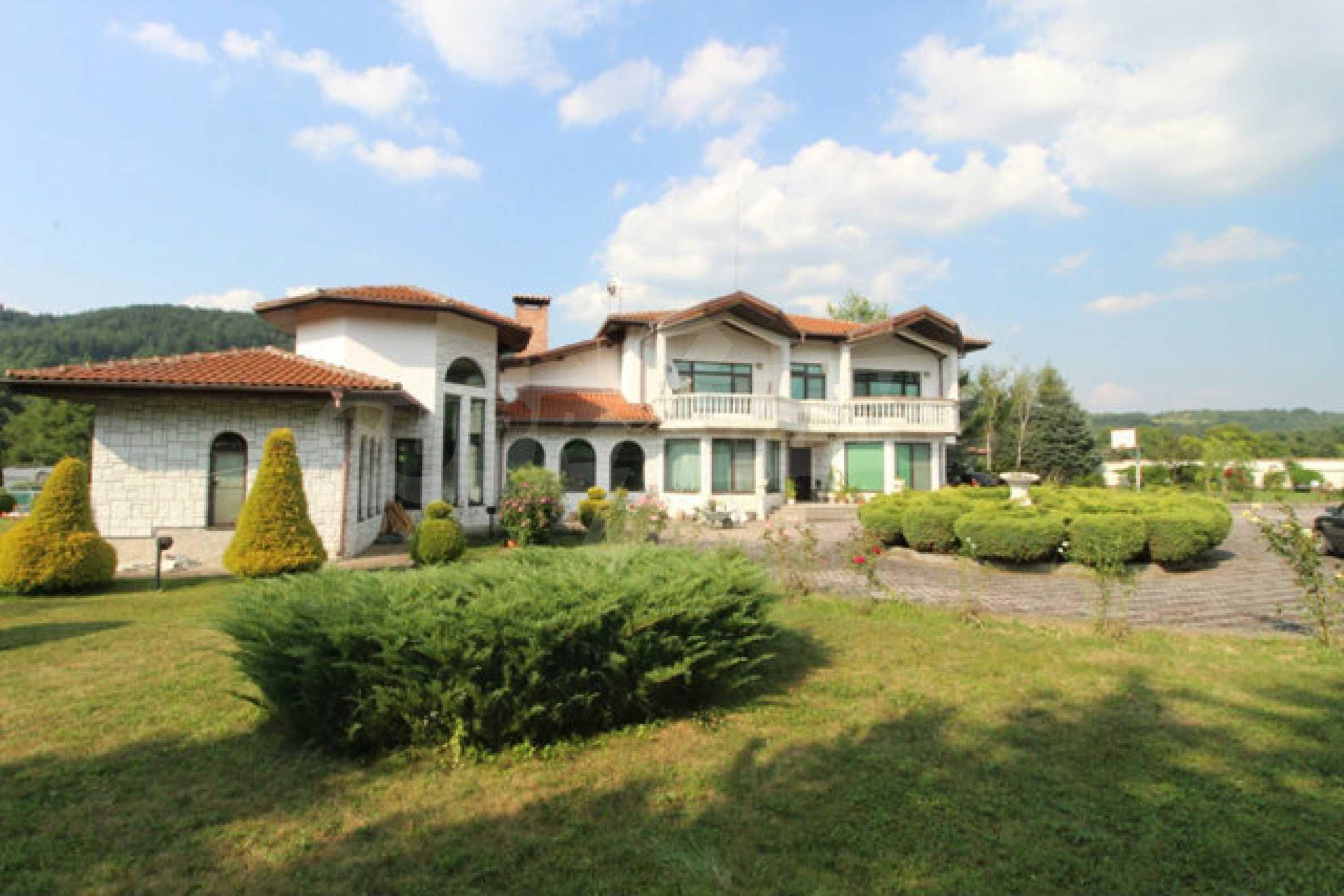 Планинско имение с басейн сред красивата природа на Троянския Балкан  3