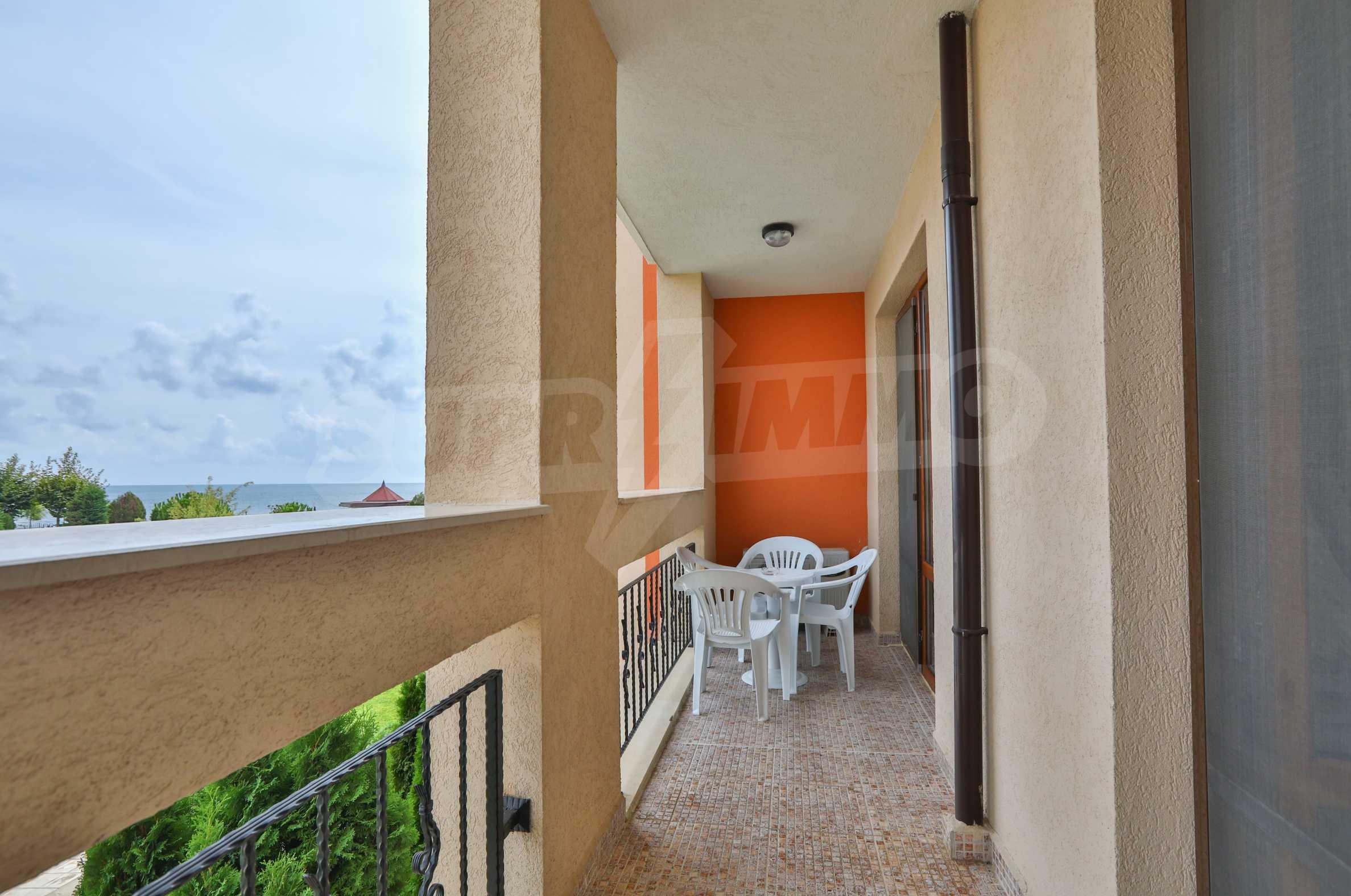 Двустаен апартамент в елитен комплекс на първа линия море 12