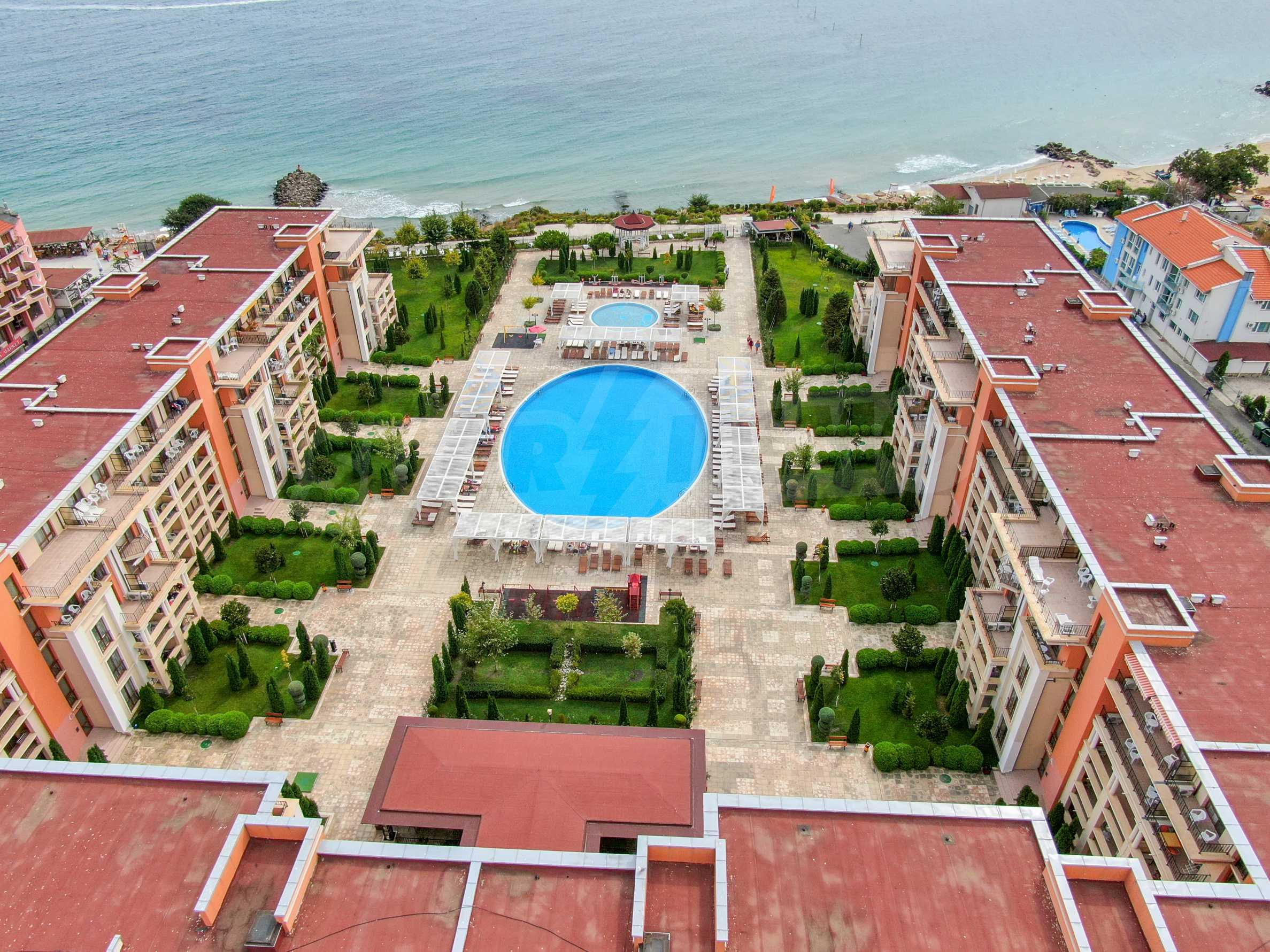 Двустаен апартамент в елитен комплекс на първа линия море 2