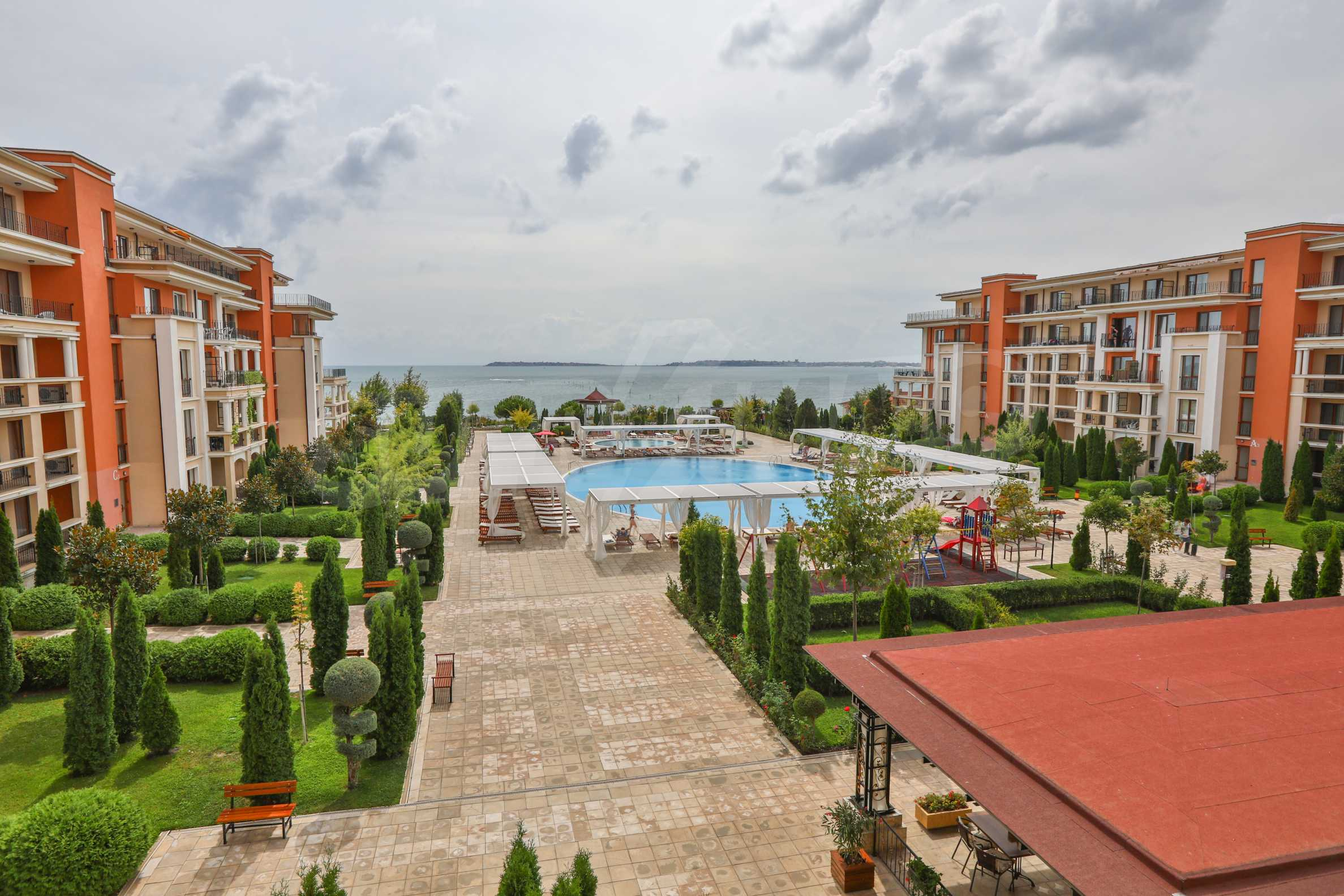 Просторен тристаен апартамент в елитен комплекс на метри от морето 17
