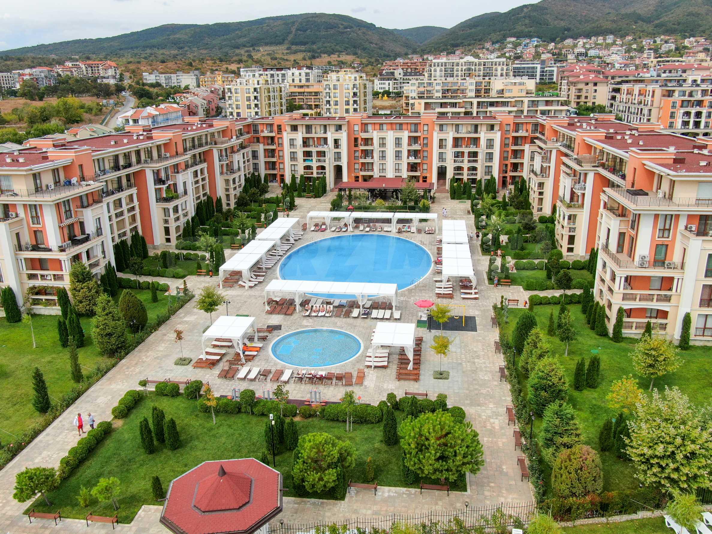 Просторен тристаен апартамент в елитен комплекс на метри от морето 1