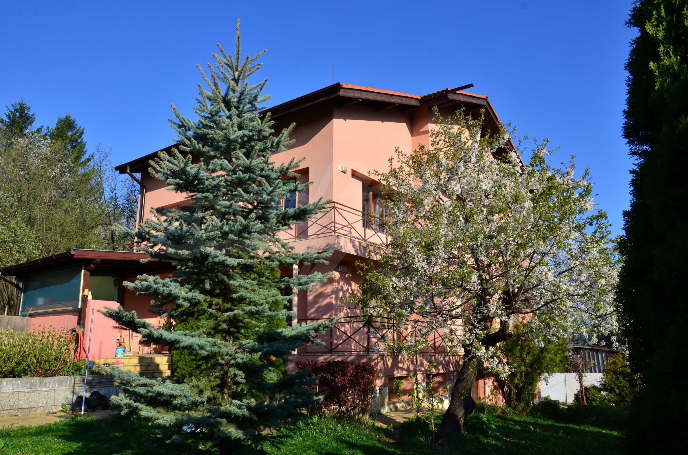 3-етажна къща с озеленен двор и планинска гледка в с. Кокаляне до София
