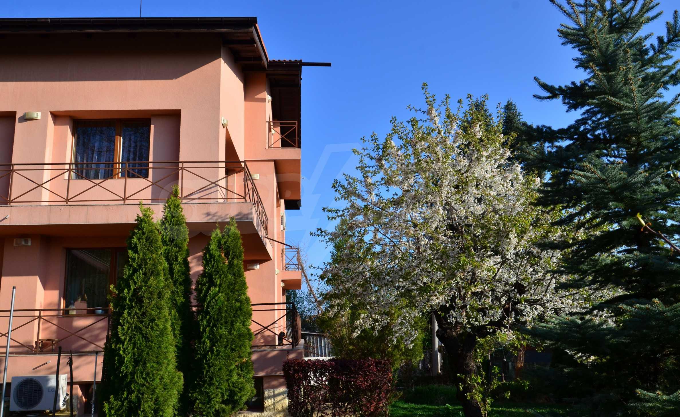 3-етажна къща с озеленен двор и планинска гледка в с. Кокаляне до София 1