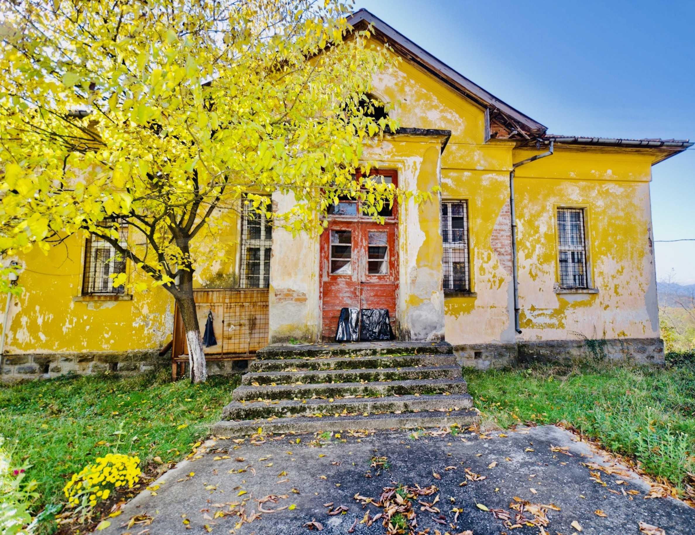 Сграда на бивше училище само на 6 км от град Габрово