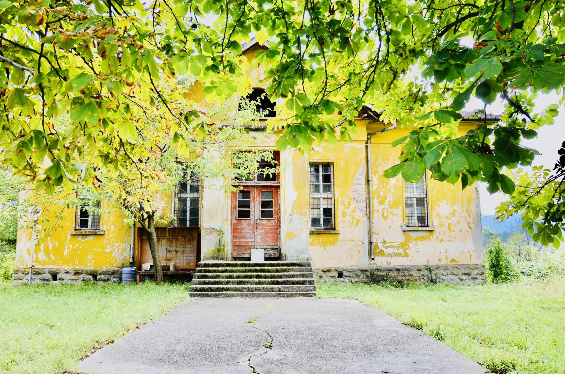 Сграда на бивше училище само на 6 км от град Габрово  3