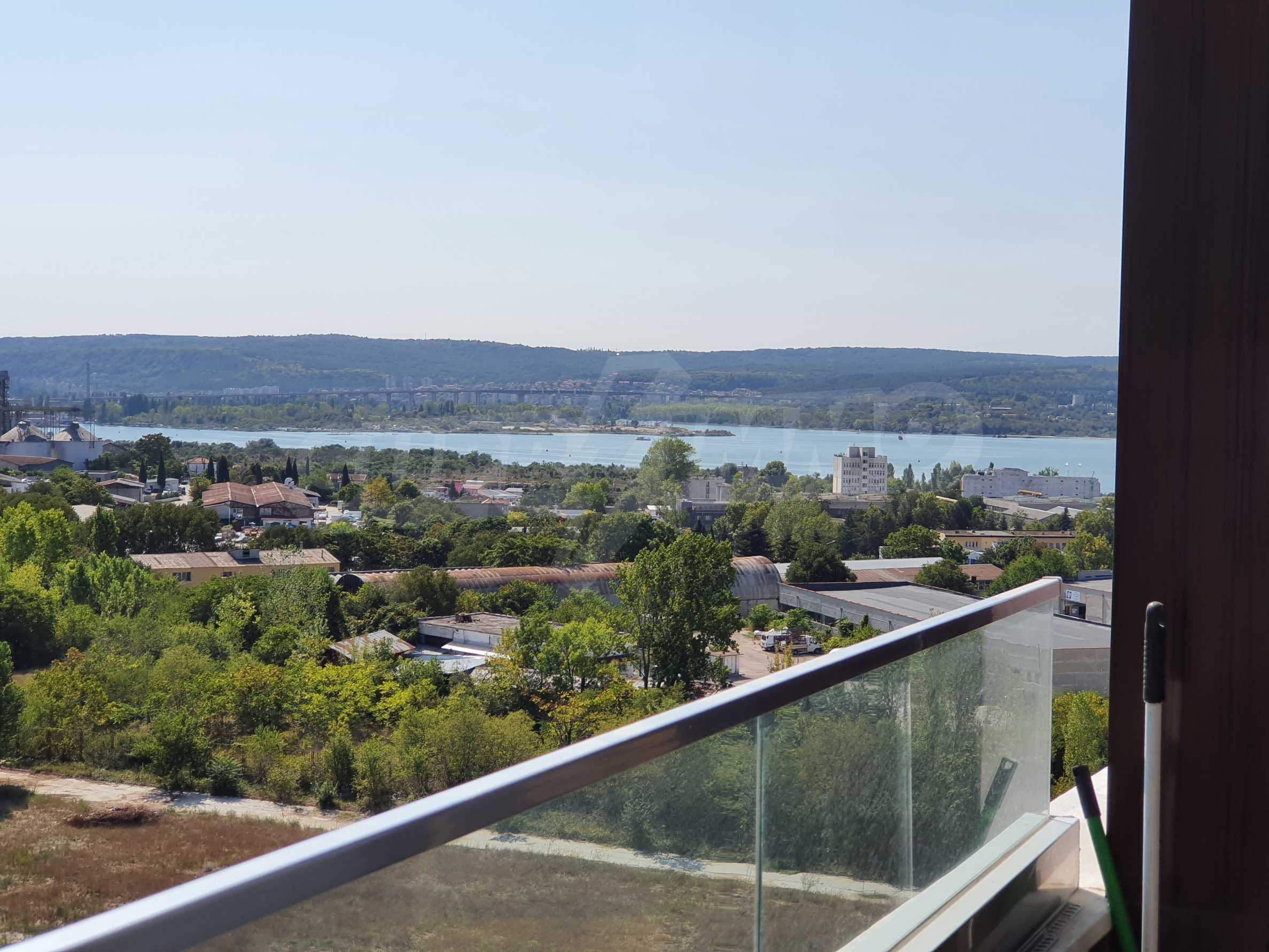Panoramic two-bedroom apartment with views of the lake and Varna 1