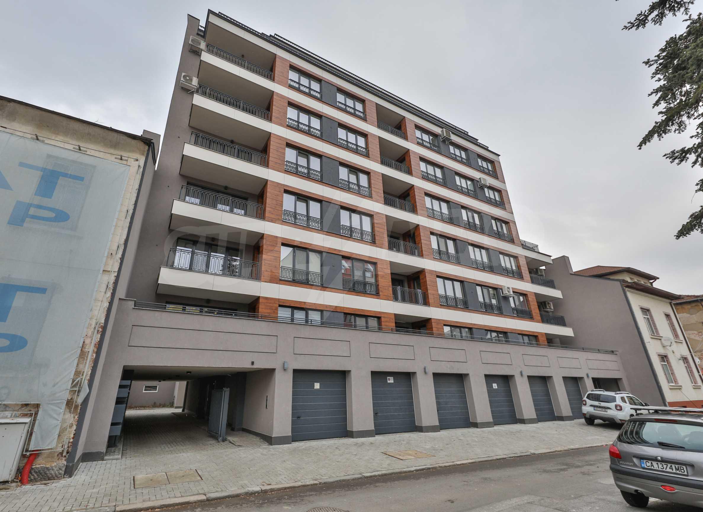 Нов, дизайнерски обзаведен двустаен апартамент с гараж в Центъра до метростанция и парк 16