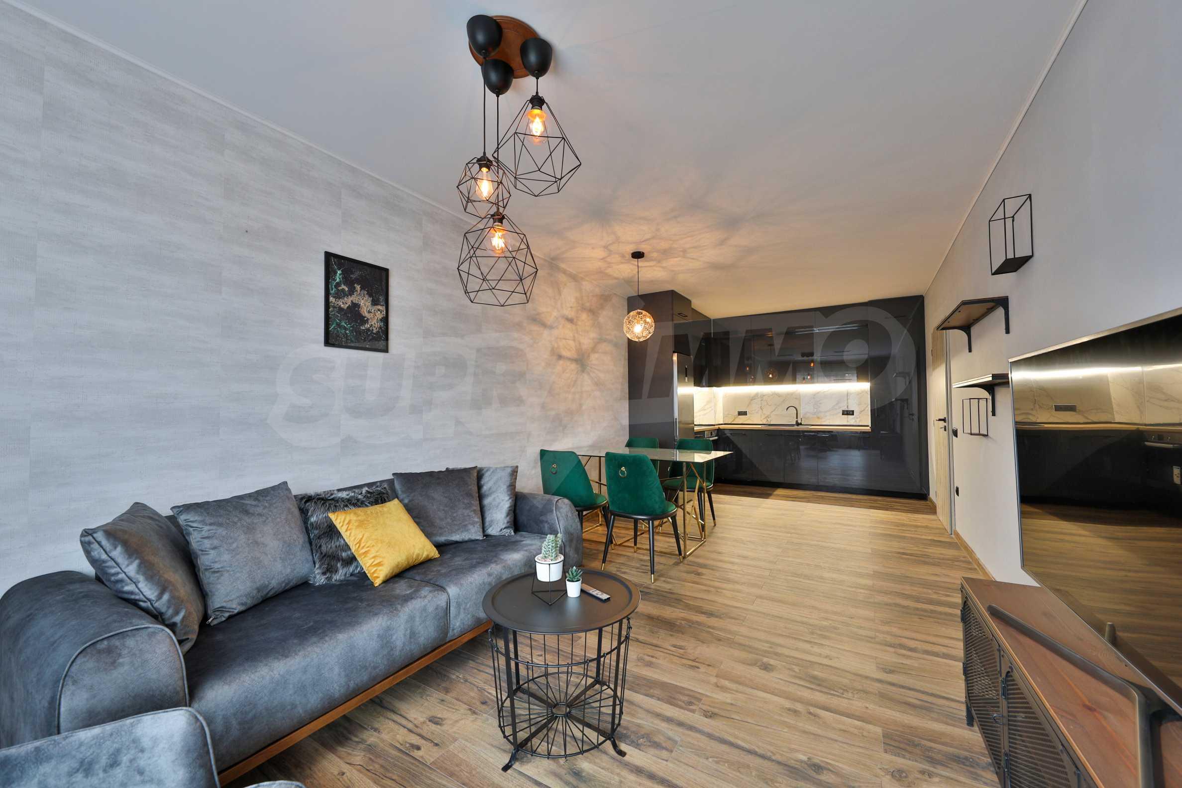 Нов, дизайнерски обзаведен двустаен апартамент с гараж в Центъра до метростанция и парк