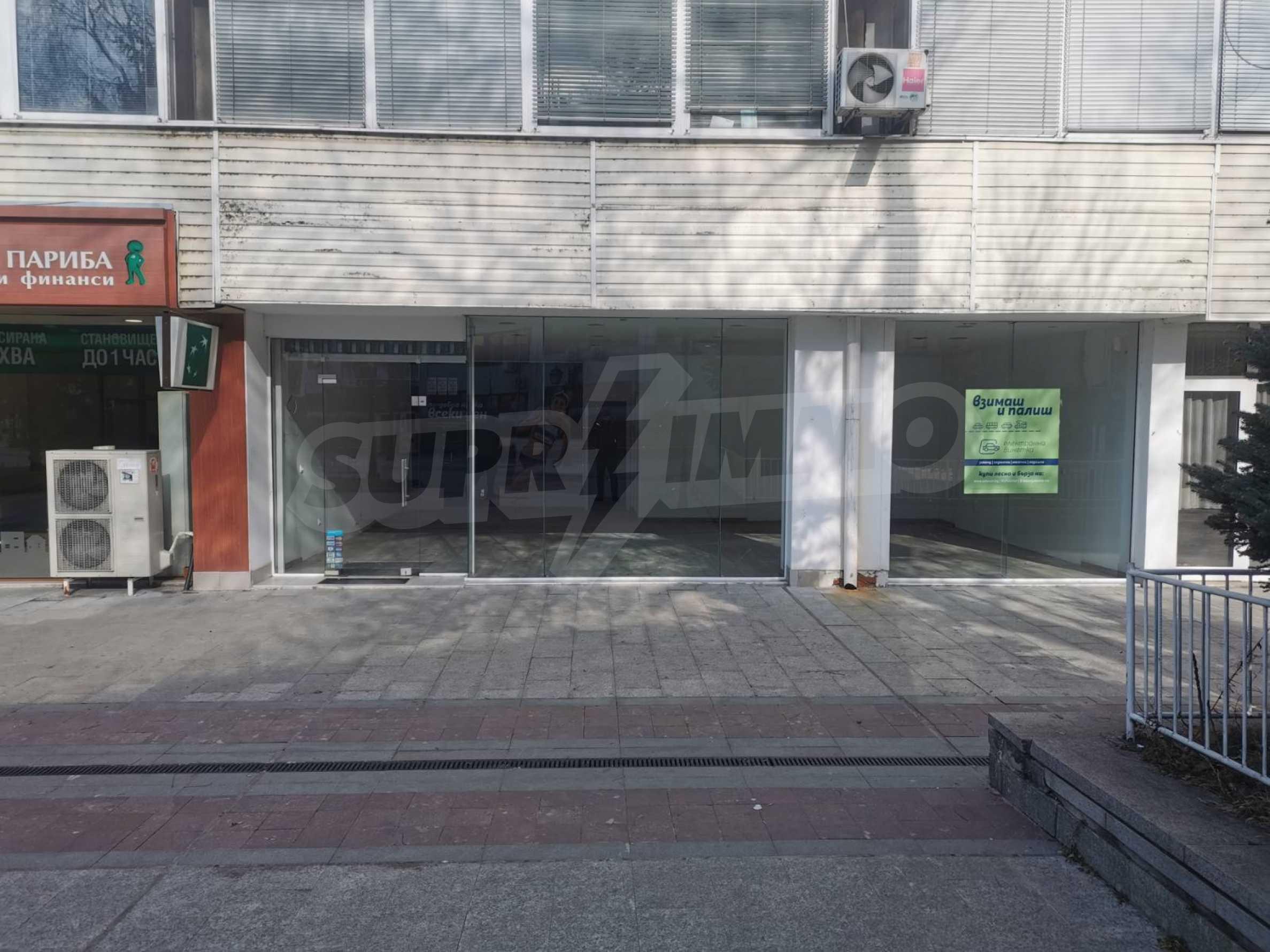 Търговско помещение под наем в центъра на града