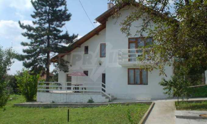 Обзаведено имение в село на 12 км от областния град Видин
