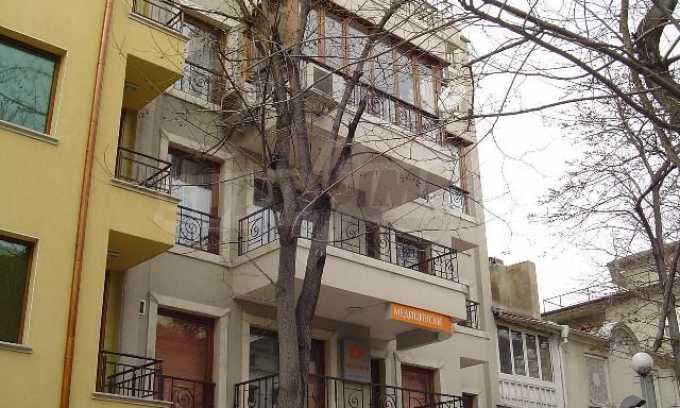 Луксозно обзаведен двустаен апартамент в идеален център