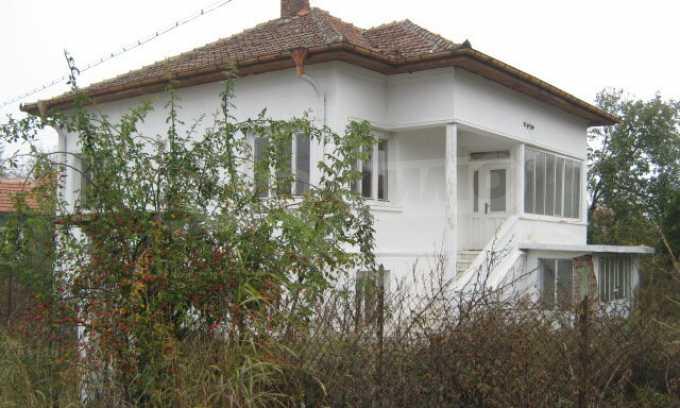 Haus in einem malerischen Dorf an der Küste des Flusses Donau