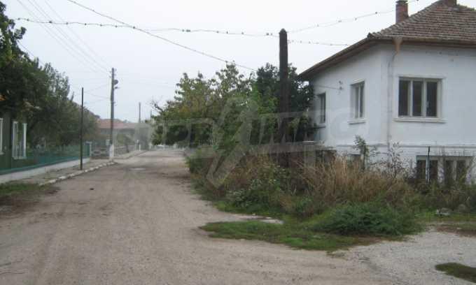 Haus in einem malerischen Dorf an der Küste des Flusses Donau 16
