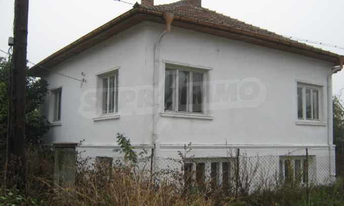Haus in einem malerischen Dorf an der Küste des Flusses Donau 2
