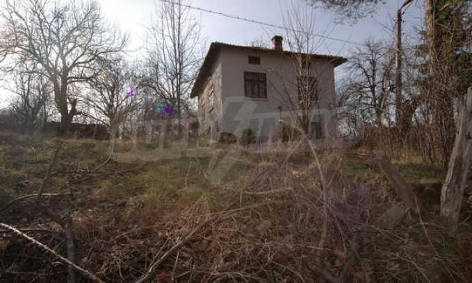 Двуетажна къща на изключително атрактивно място 1