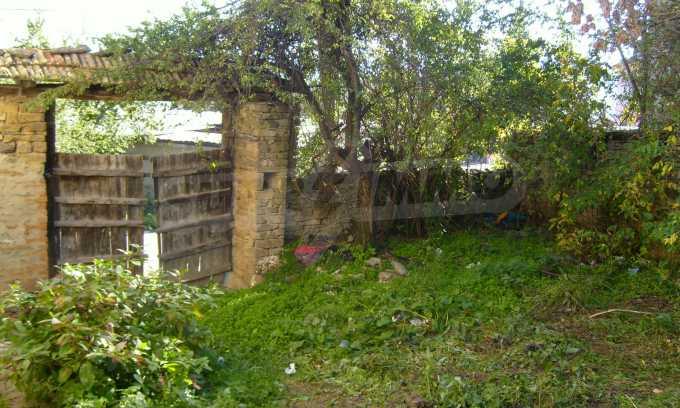 Двуетажна къща с двор в село на 35 км от Велико Търново  11