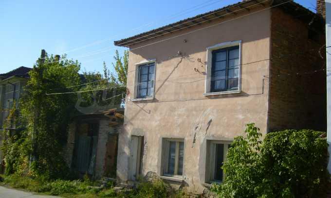 Двуетажна къща с двор в село на 35 км от Велико Търново  17