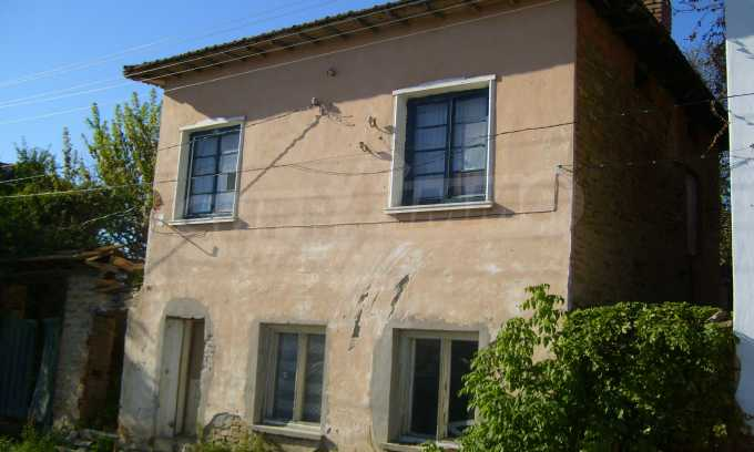 Двуетажна къща с двор в село на 35 км от Велико Търново  3